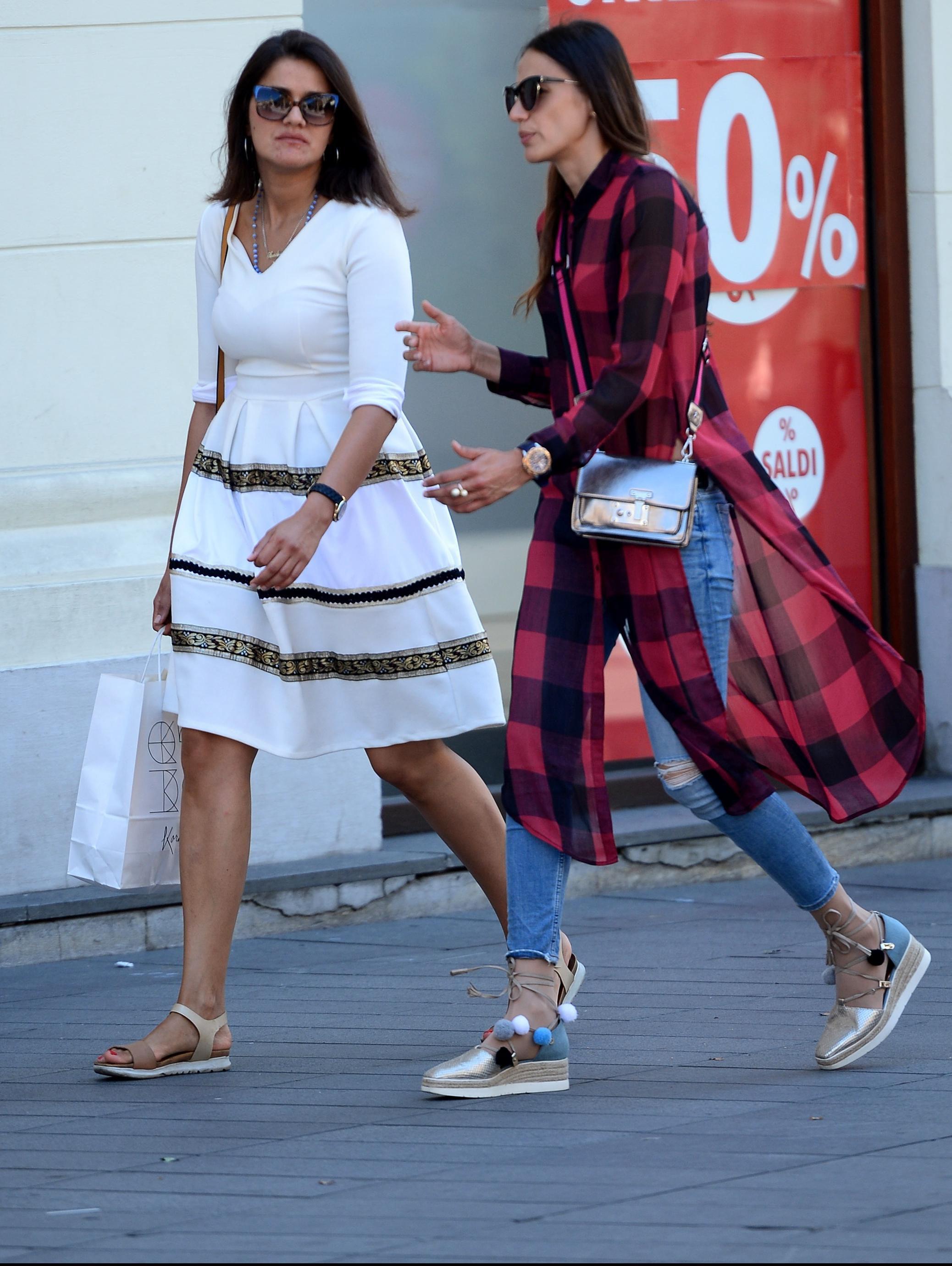 Jedan trendi detalj, dvije zgodne dame - koja ga bolje nosi?