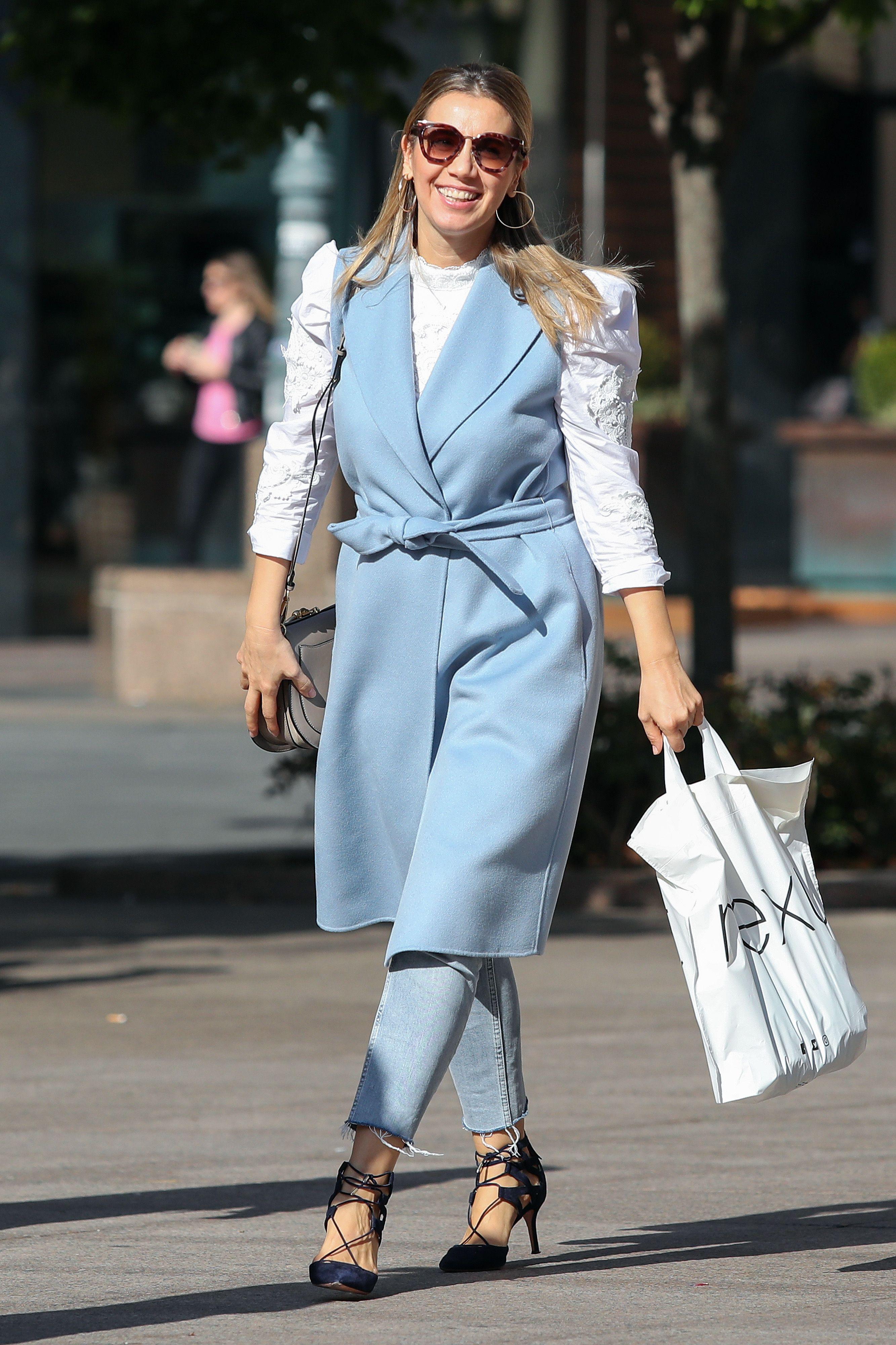Ljepotica u plavom: Nasmijana djevojka s Cvjetnog trga zablistala je u izvrsnoj damskoj kombinaciji