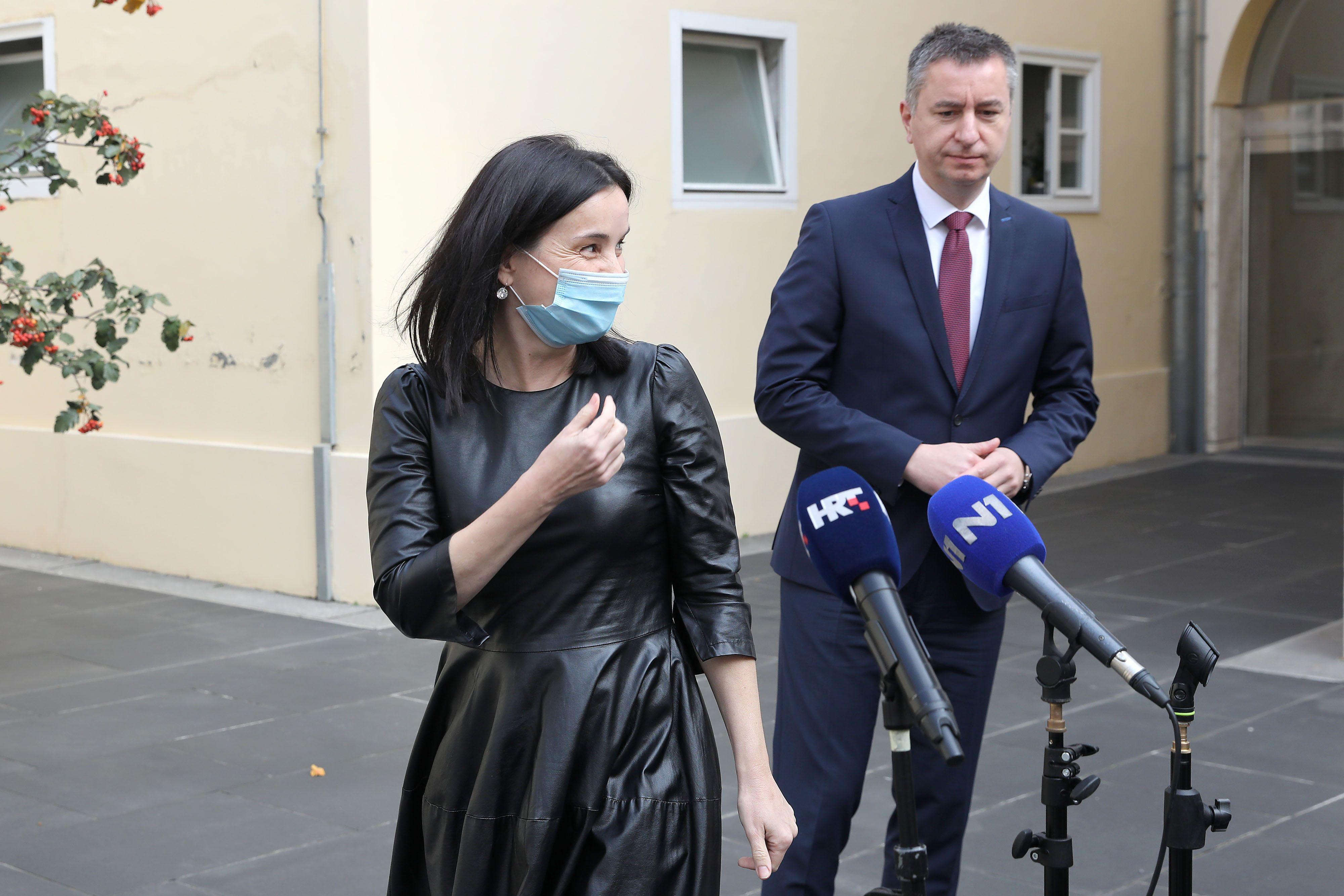 Komentar na outfit ministrice poljoprivrede: 'Kroj haljine je dobar, no materijal loš, a cipele pojačavaju dark gothic dojam'