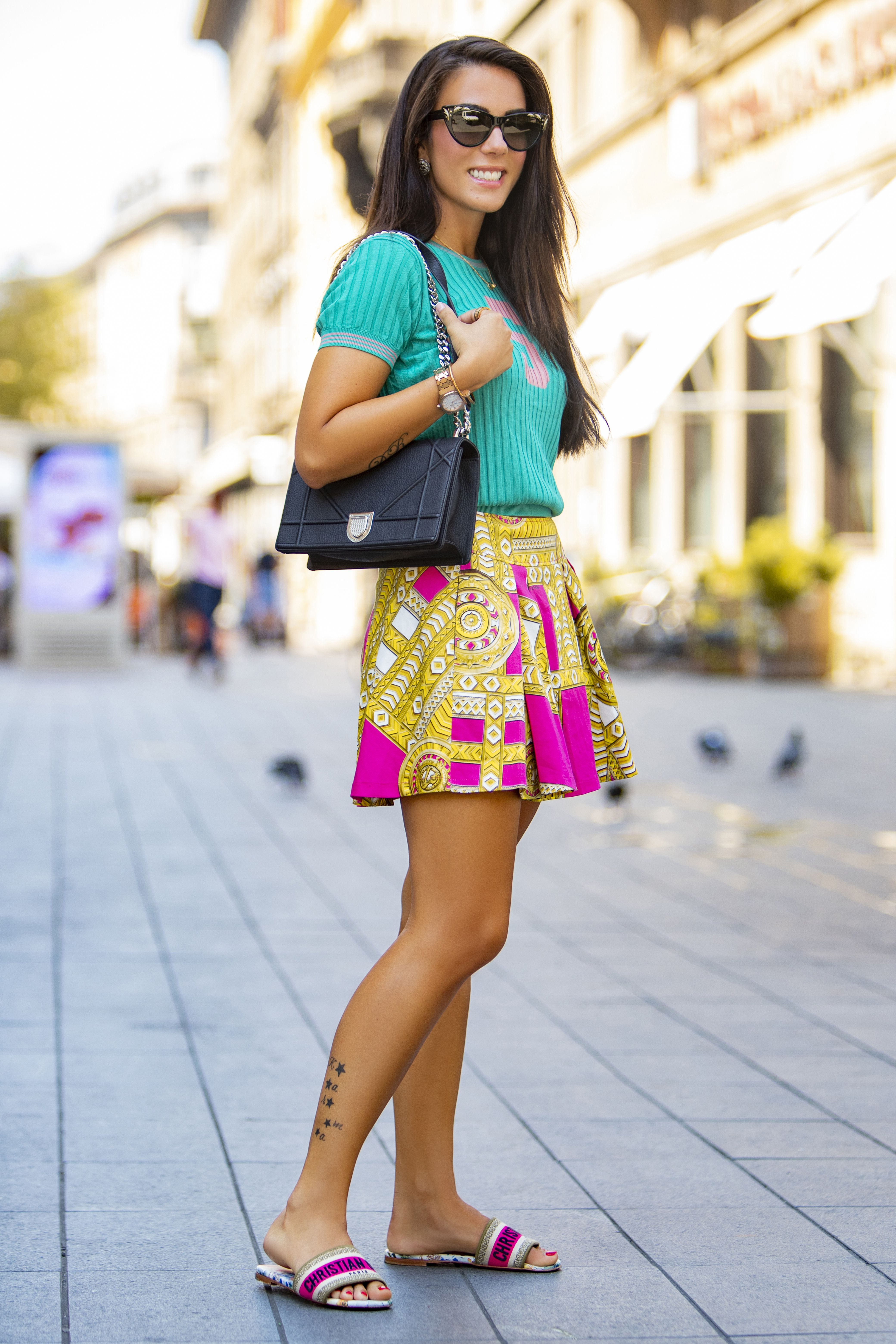 Kakav efektan styling! Njena Versace suknjica nikoga neće ostaviti ravnodušnim