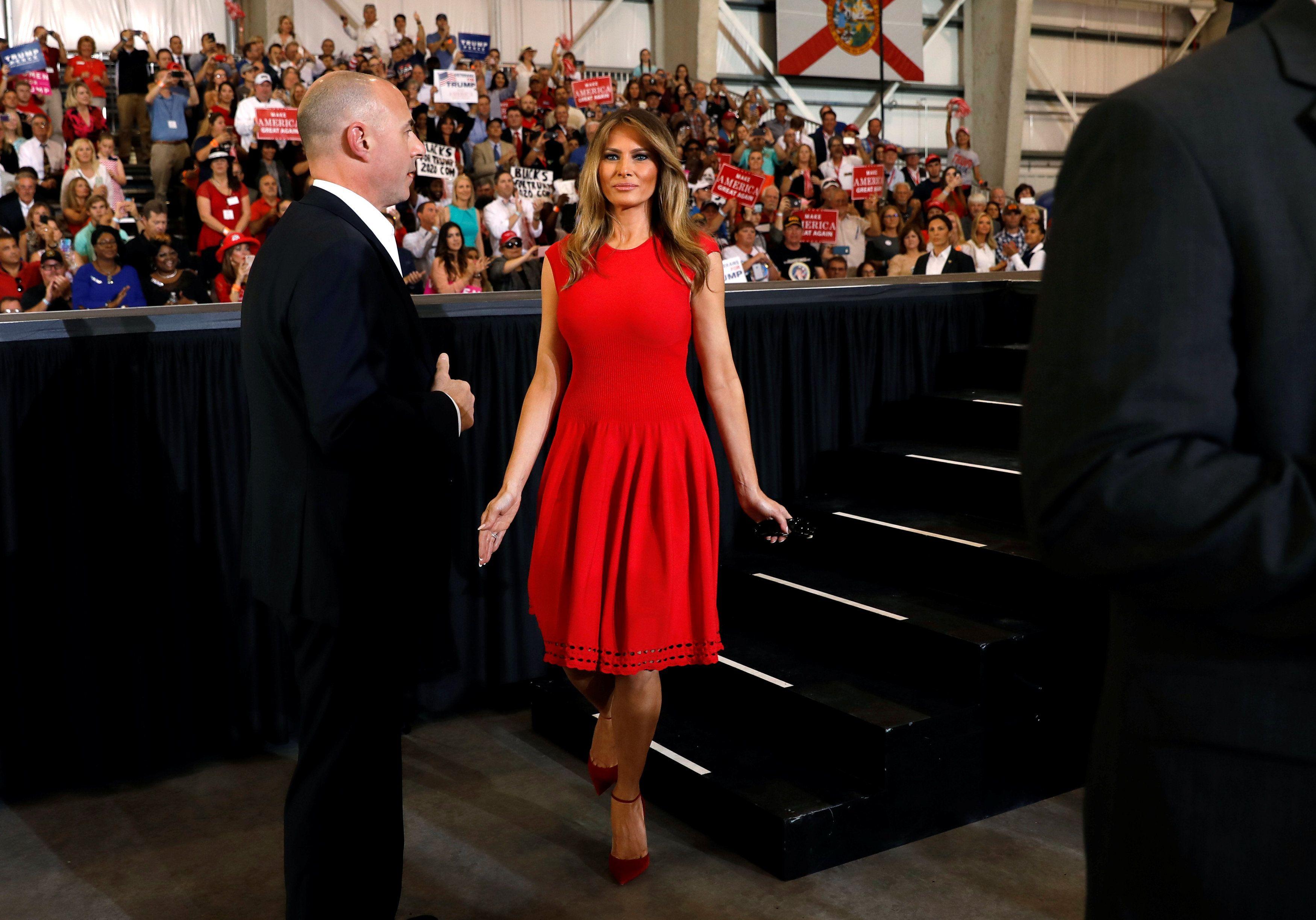 Melania prošetala u zavodljivoj crvenoj haljini i pokazala novu boju kose