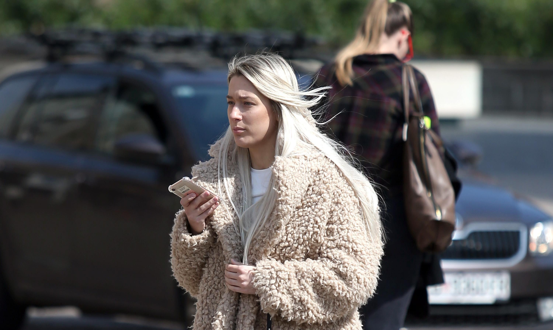 Njen kaput jedan je od najpopularnijih ove sezone!