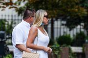 Zgodna mama sa špice nosi odlične ultravisoke štikle i izgleda fantastično!