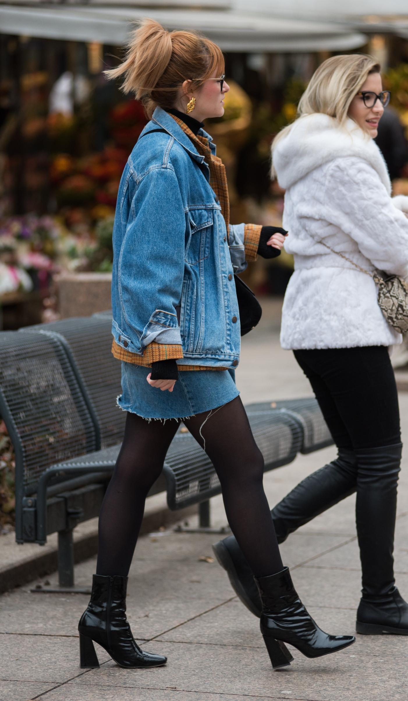 Kakav zakon retro outfit! Ona u traper minici i jakni izgleda baš wow!