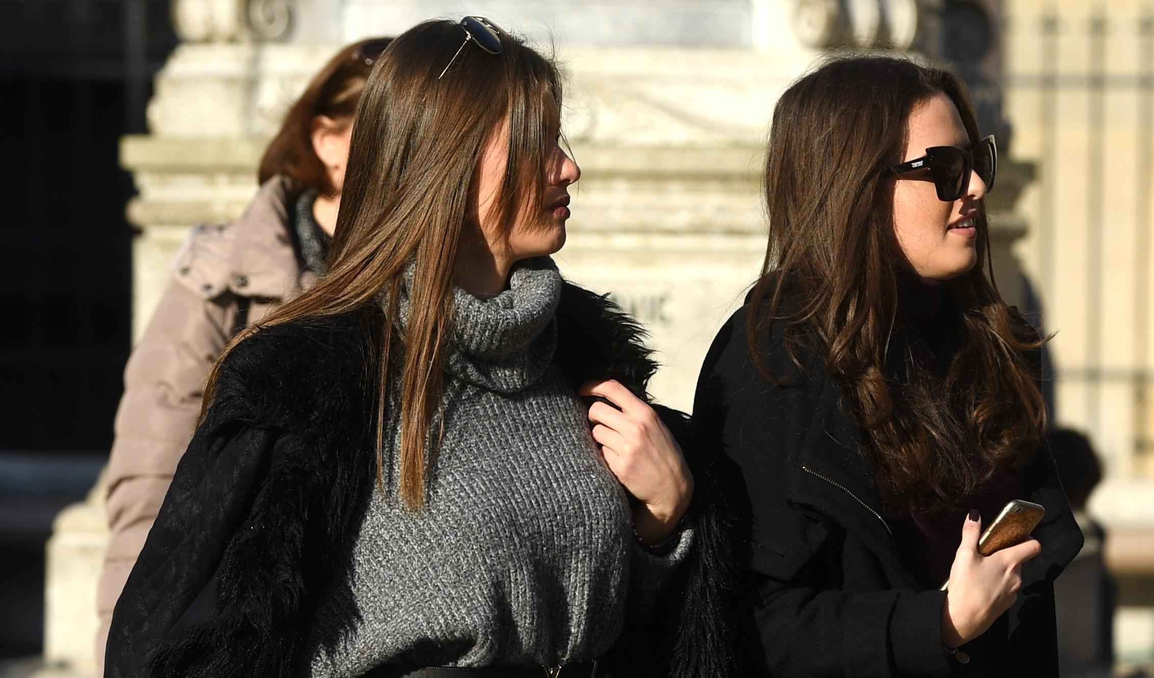 Atraktivne brinete privukle poglede prolaznika u istim čizmama - koja ih bolje nosi?