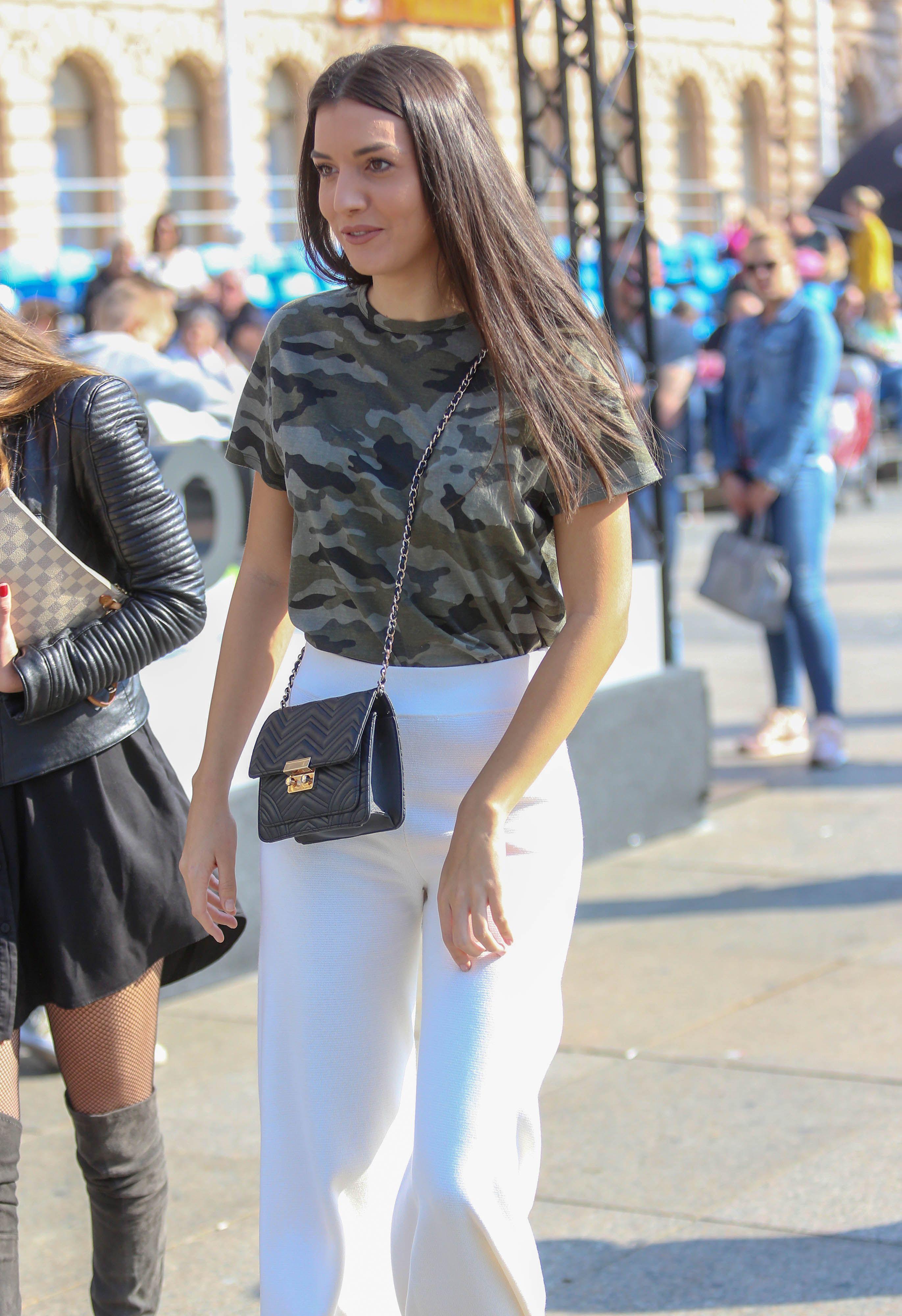 Široke bijele hlače? Da, ova zgodna brineta čak je i to uspjela isfurati!