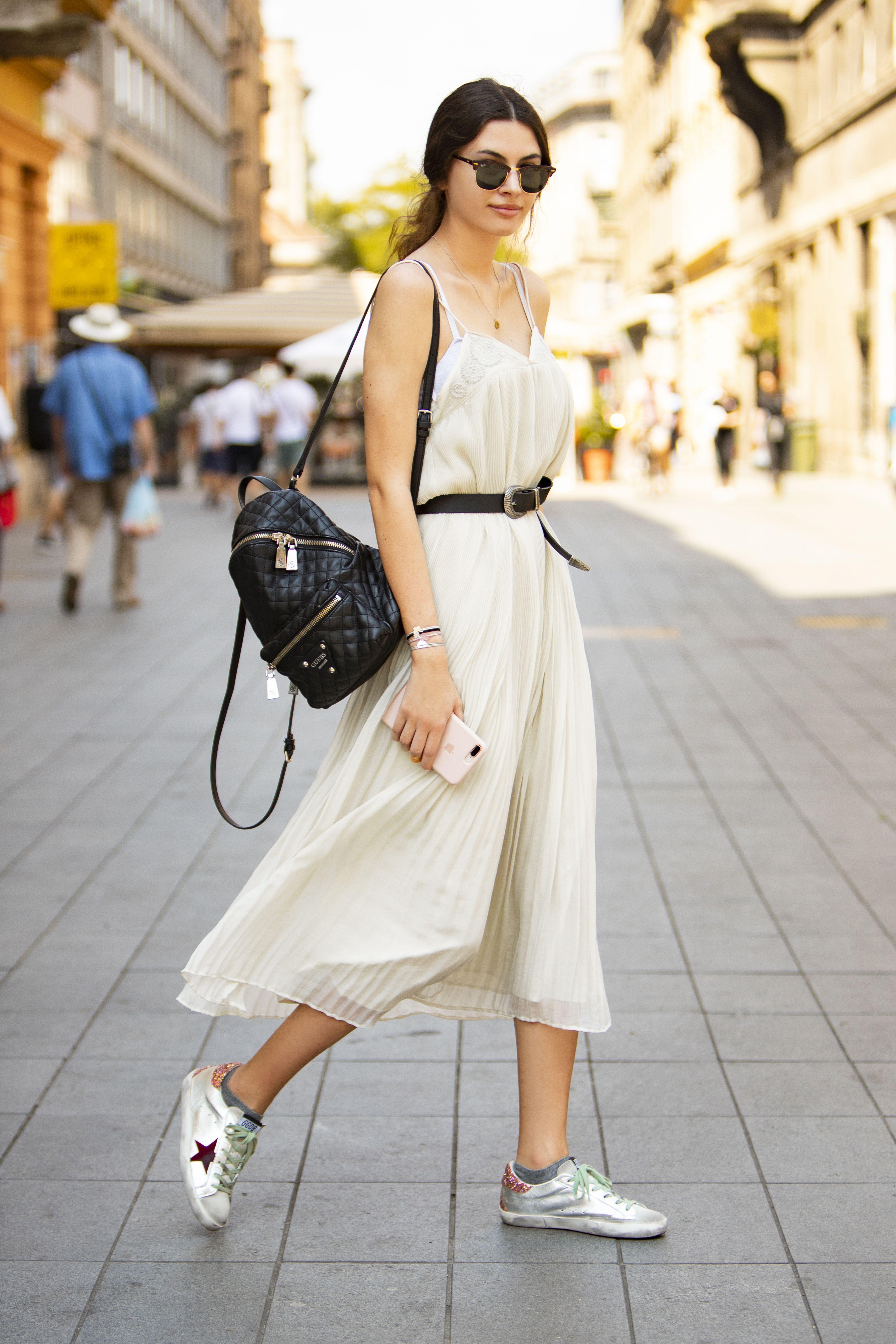 Lijepa studentica ekonomije pokazala kako isfurati romantičnu haljinu i tenisice