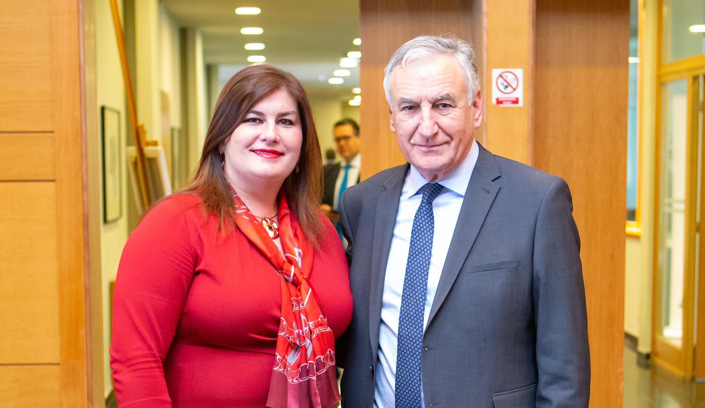 Ministrica Žalac plijenila pozornost u pripijenoj crvenoj haljini