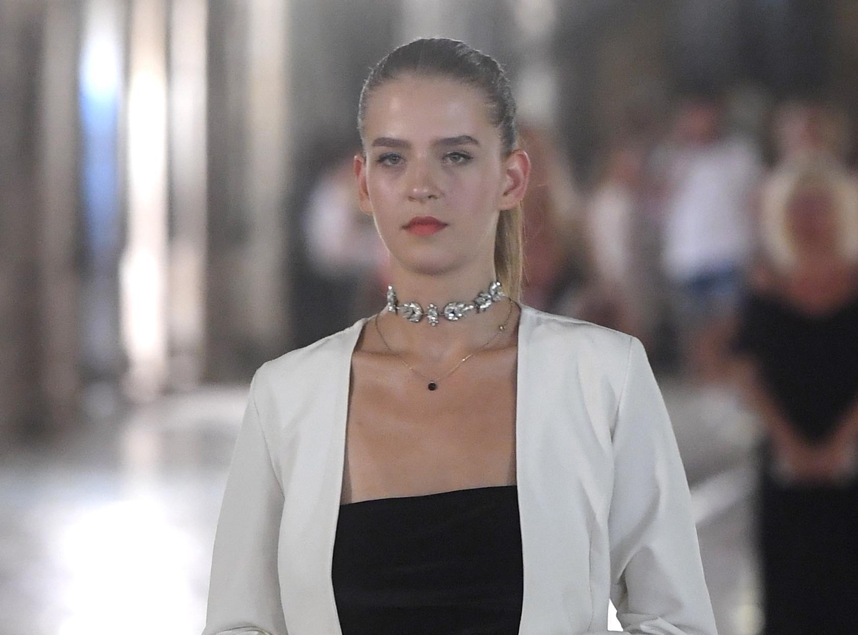 Kako izgledati elegantno u minijaturnoj crnoj haljini? Pa, ova dama to sigurno zna!