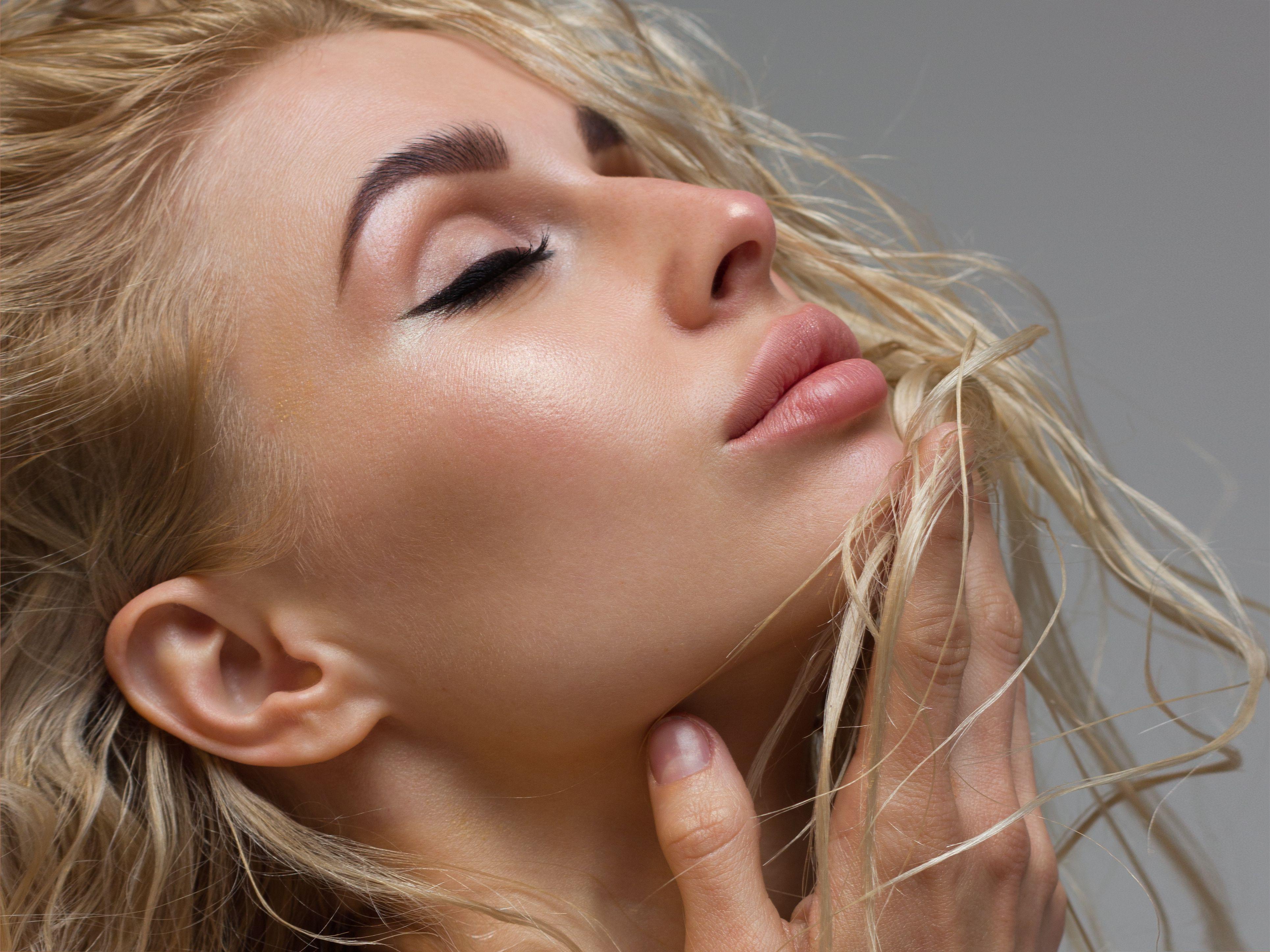Muči vas koža koja se pretjerano masti? Donosimo savjete stručnjaka kako je tretirati u ljetnim danima