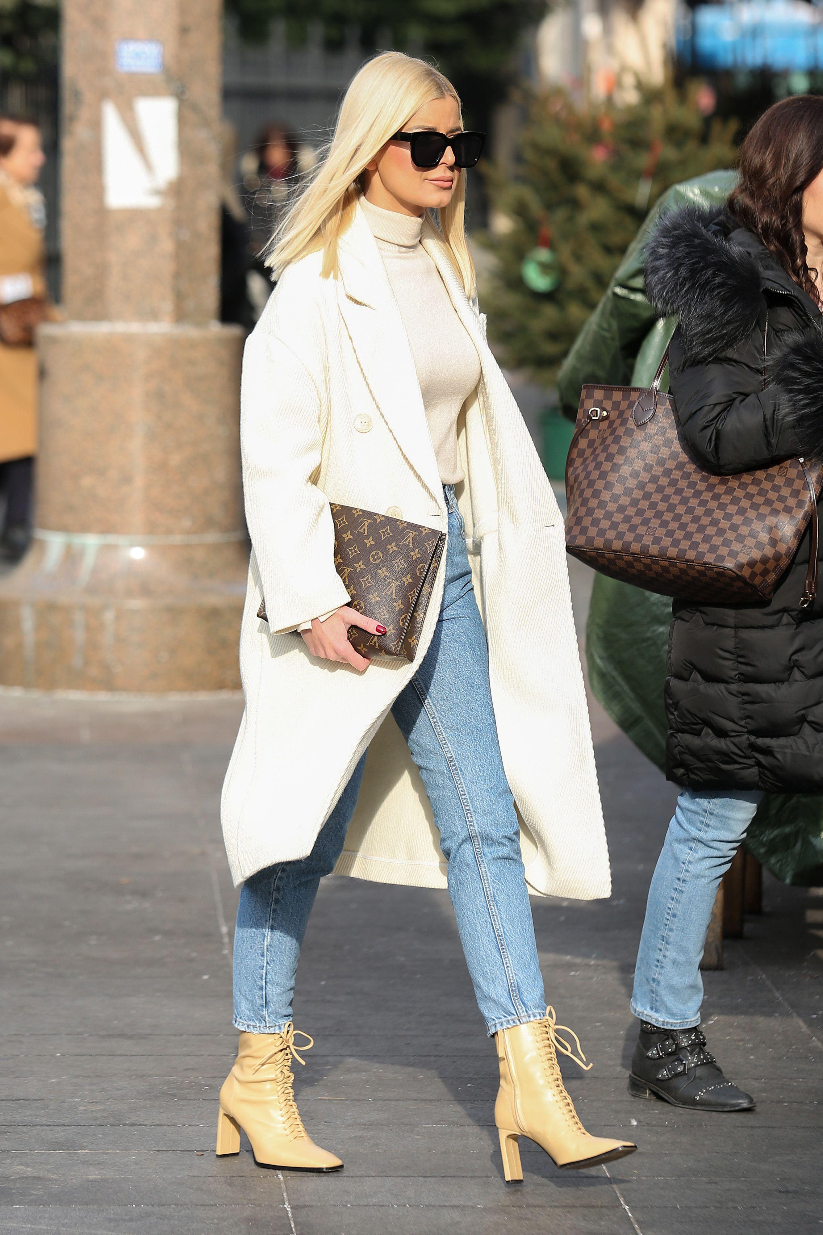 Biste li nosile odvažne čizme kakve nosi zanosna plavuša sa špice? Mi znamo gdje ih kupiti!