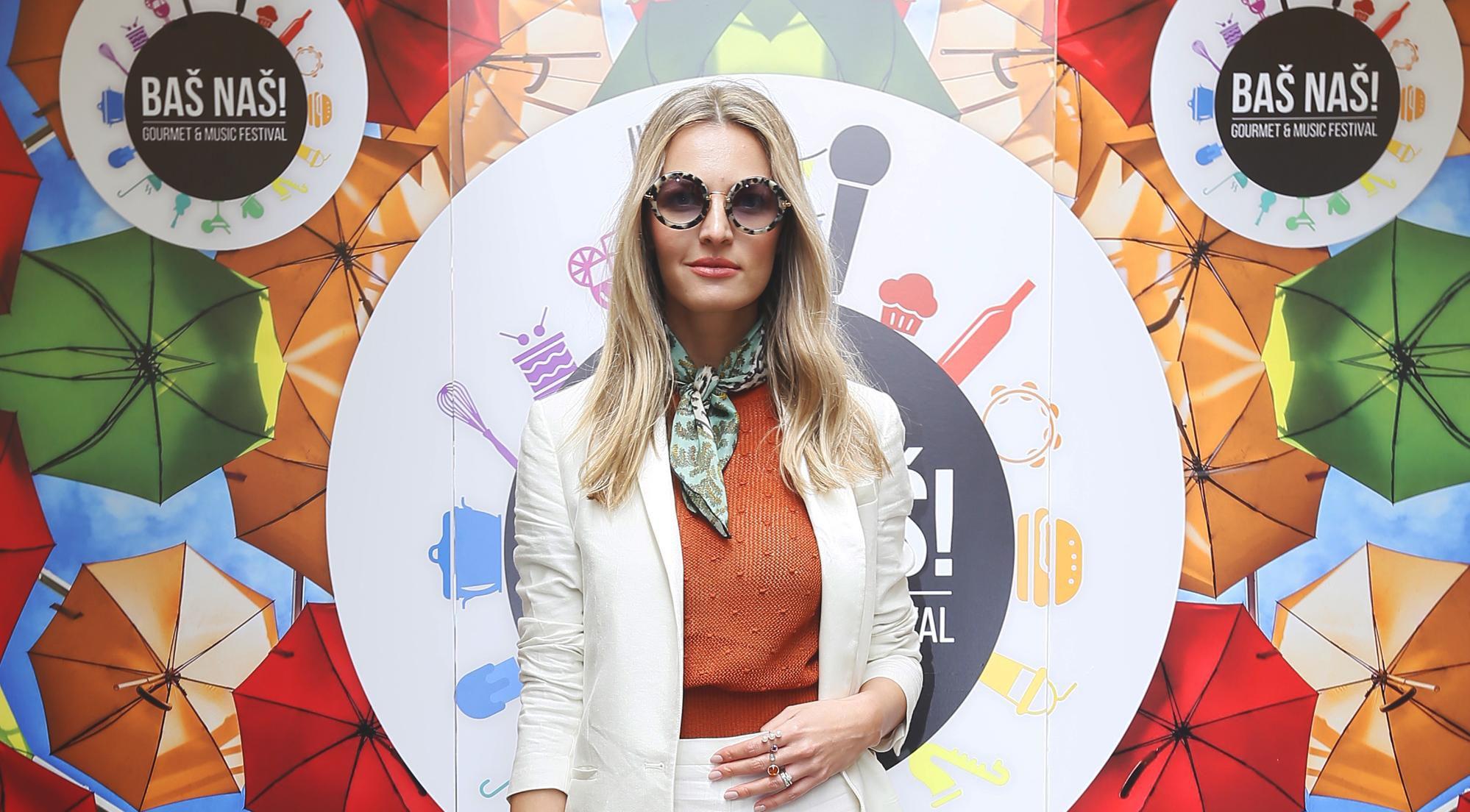 Bijelo odijelo i cipele koje ne bi svatko mogao isfurati Lidiji Lešić stoje odlično!