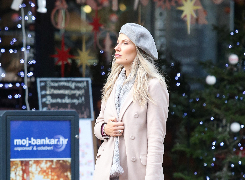 Lijepa plavuša iz centra Zagreba nosi gležnjače koje ne bi svatko mogao isfurati