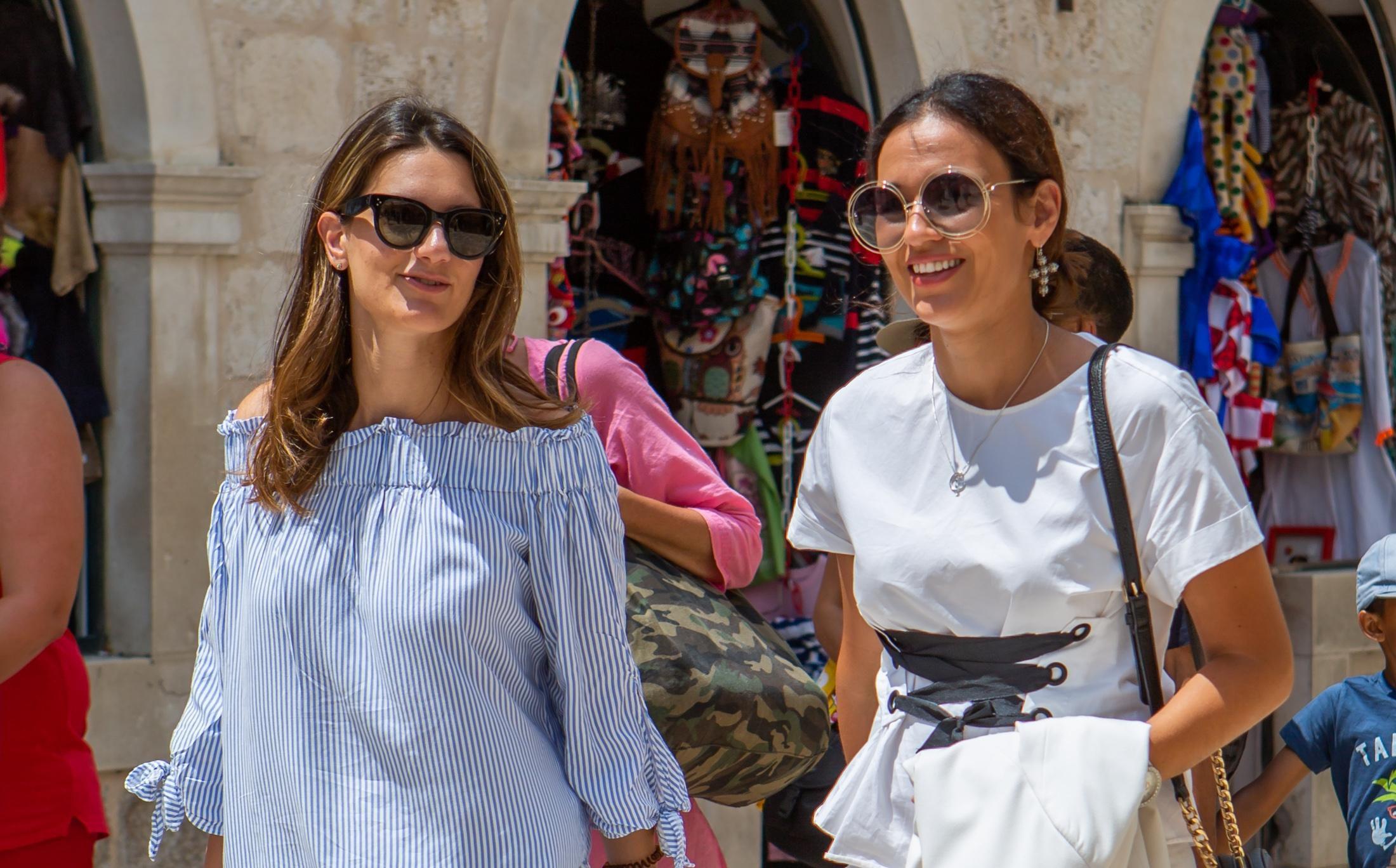 Kako nositi bijele hlače? Ove dvije zgodne dame očitale lekciju iz stila!