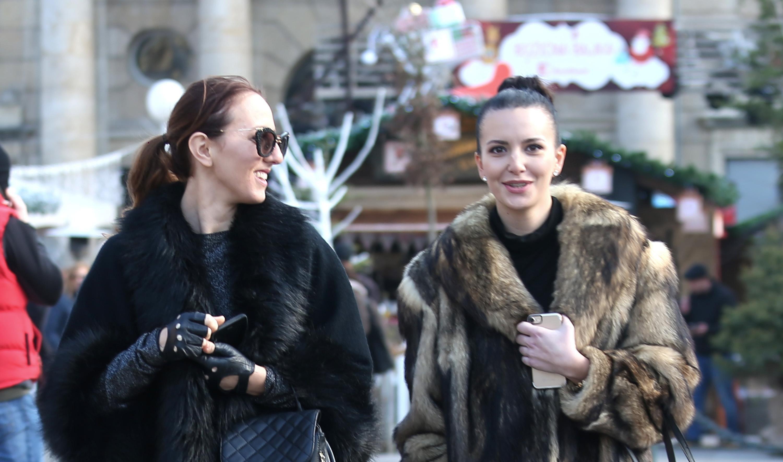 Za šetnju gradom ovih dana potrebna je samo trendi bunda, a ove dvije cure to dokazuju