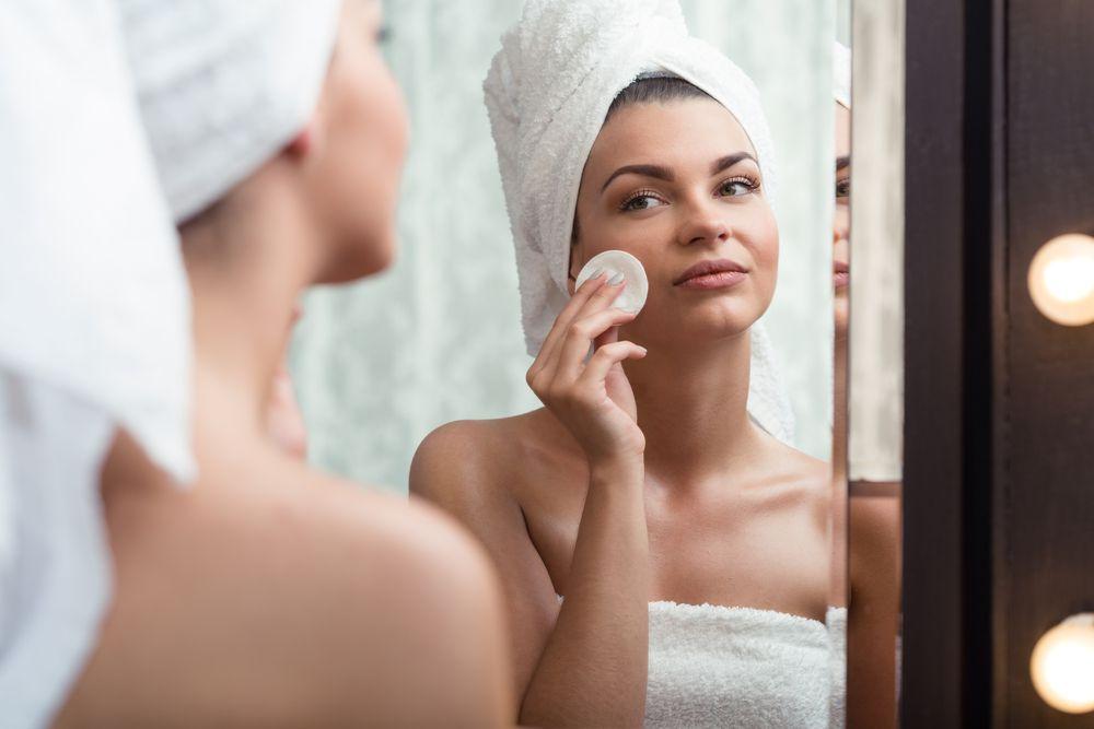 Čišćenje lica prije spavanje je obvezno! Evo zašto baš nikad ne biste trebali zaspati sa šminkom
