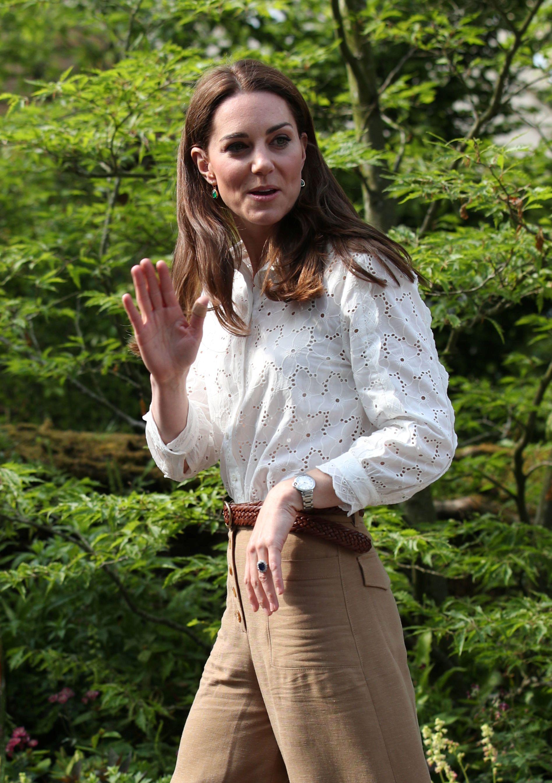 Ležerno izdanje: Kate zna da se u kućicu na drvetu najbolje penje u širokim hlačama i tenisicama!