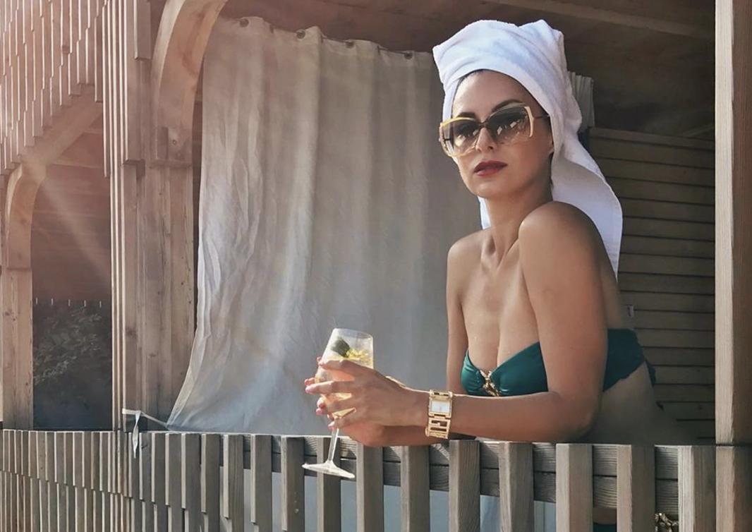 Atraktivna Dalila nosi minijaturne badiće koji joj savršeno pristaju