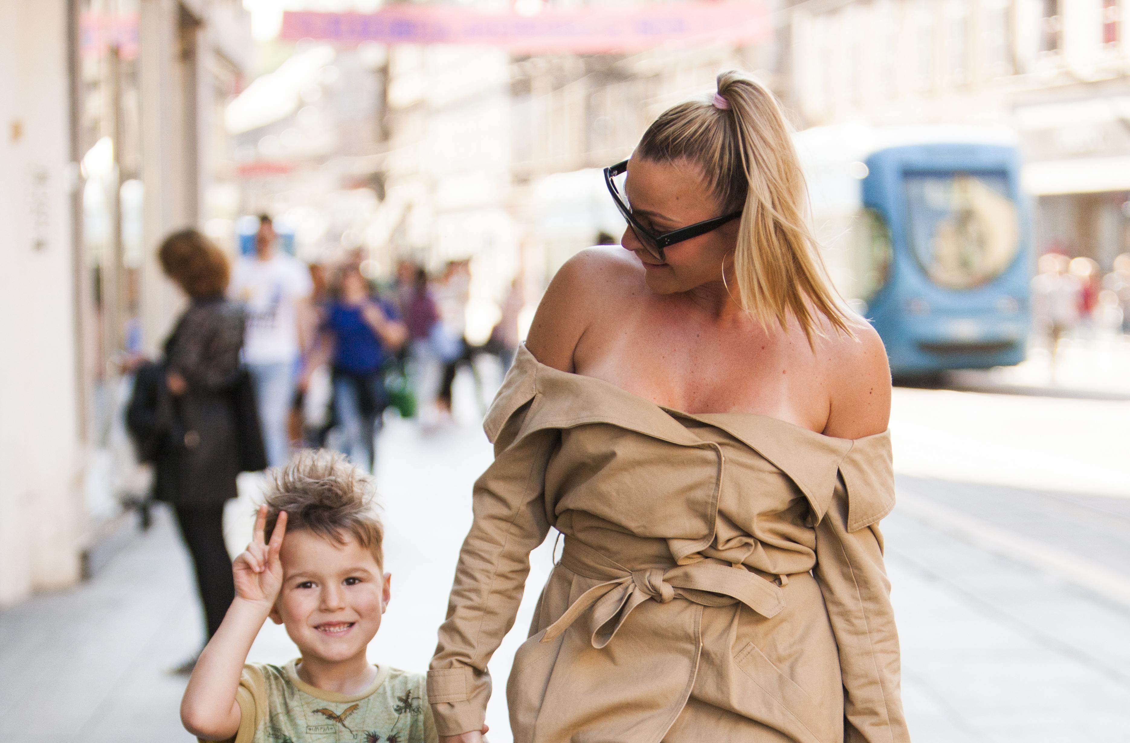 Kakva cool mama! U haljini golih ramena i ultravisokim potpeticama izgleda odlično