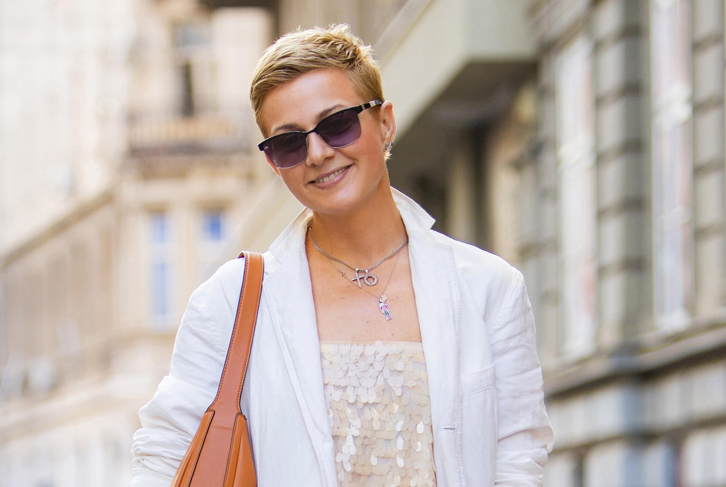 Modna savjetnica u stajlingu koji je nosiv od jutra do večeri: Pogledajte kako nosi šljokice u dnevnim prigodama