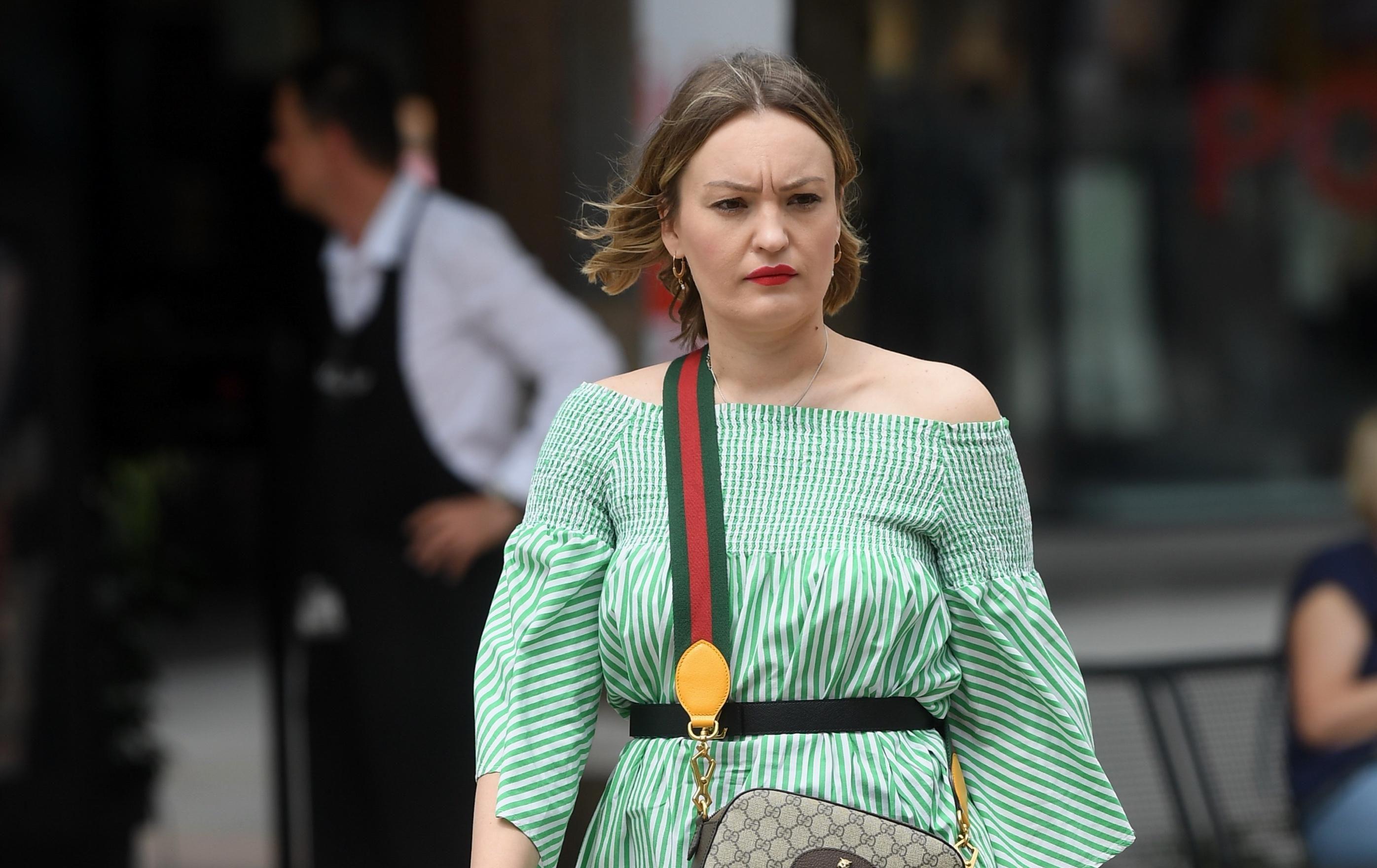 Prugice i traper omiljena su ljetna kombinacija: Pogledajte kako to nosi ova dama!