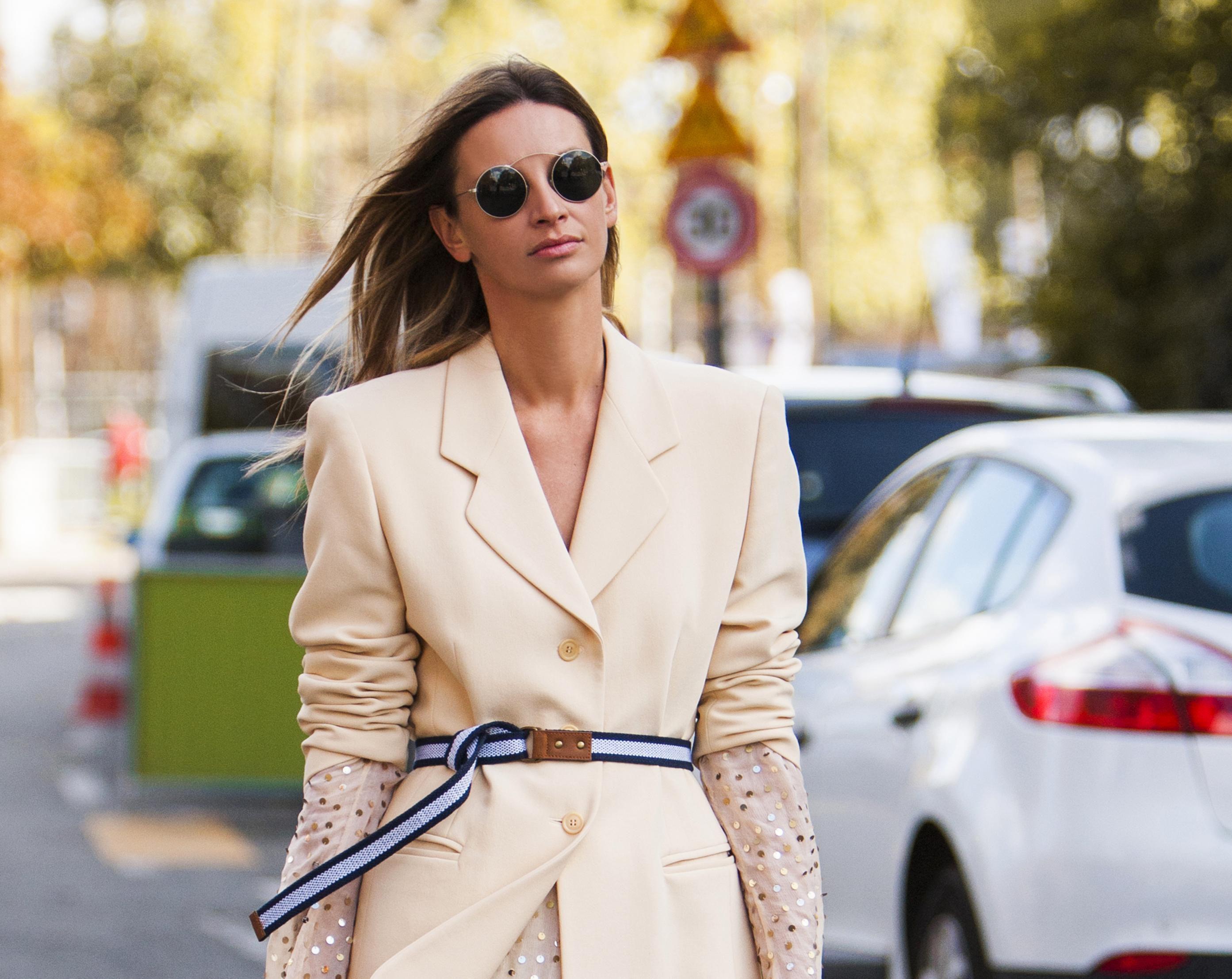 Svečana šljokičasta haljina u kombinaciji s tenisicama izgleda spektakularno!