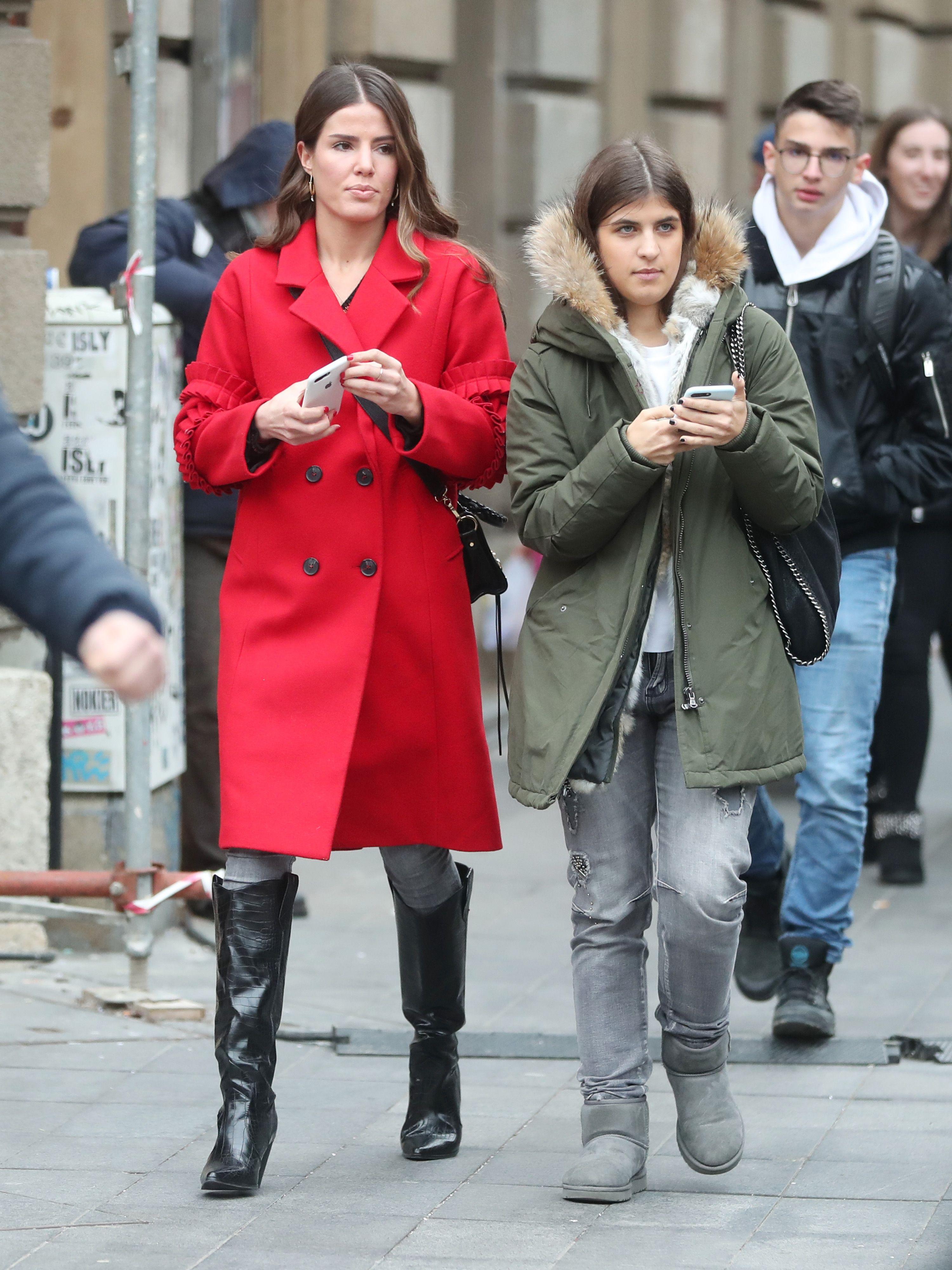 Crveni elegantni kaput ili zimska parka? Djevojke sa špice dva različita modna stila nose izvrsno