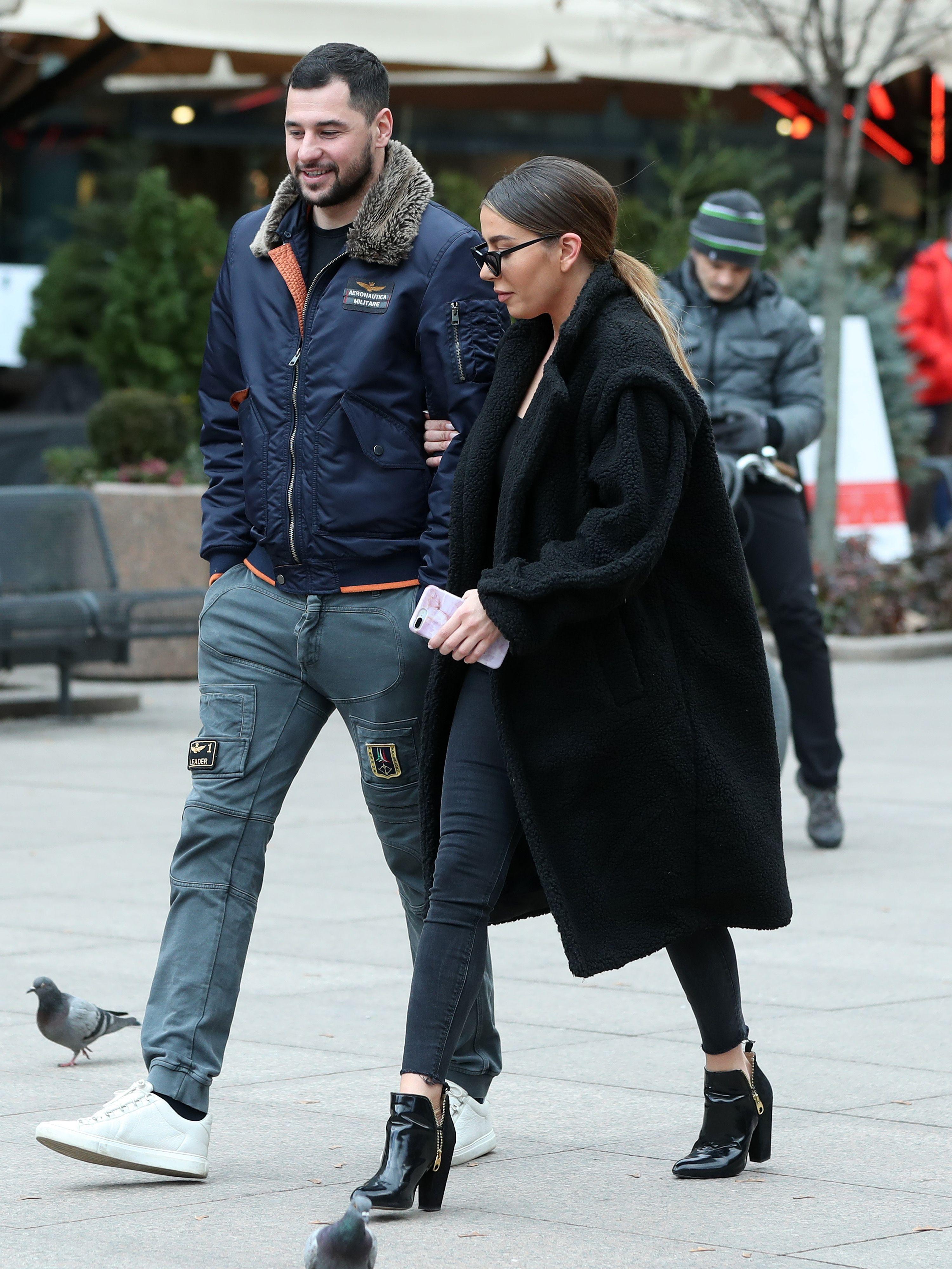 Baš je stylish: Naša poznata influencerica prošetala gradom u crnom od glave do pete i s hit torbicom