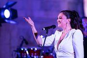 Za nastup na splitskom Peristilu, Nina Badrić bira upečatljivu haljinu dubokog dekoltea i zanimljivih detalja