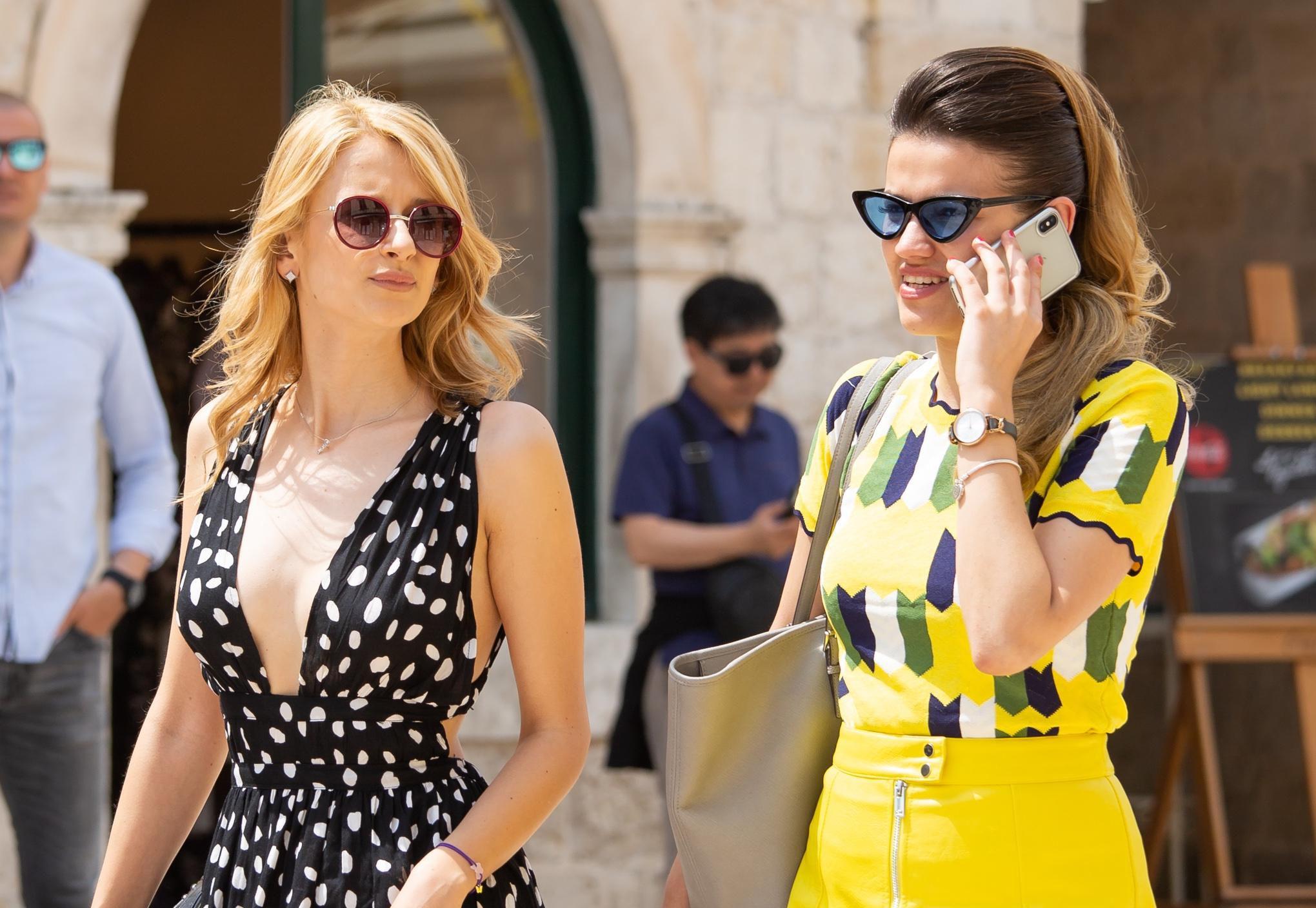 Atraktivne prijateljice svojom su pojavom dodatno razvedrile sunčani Stradun