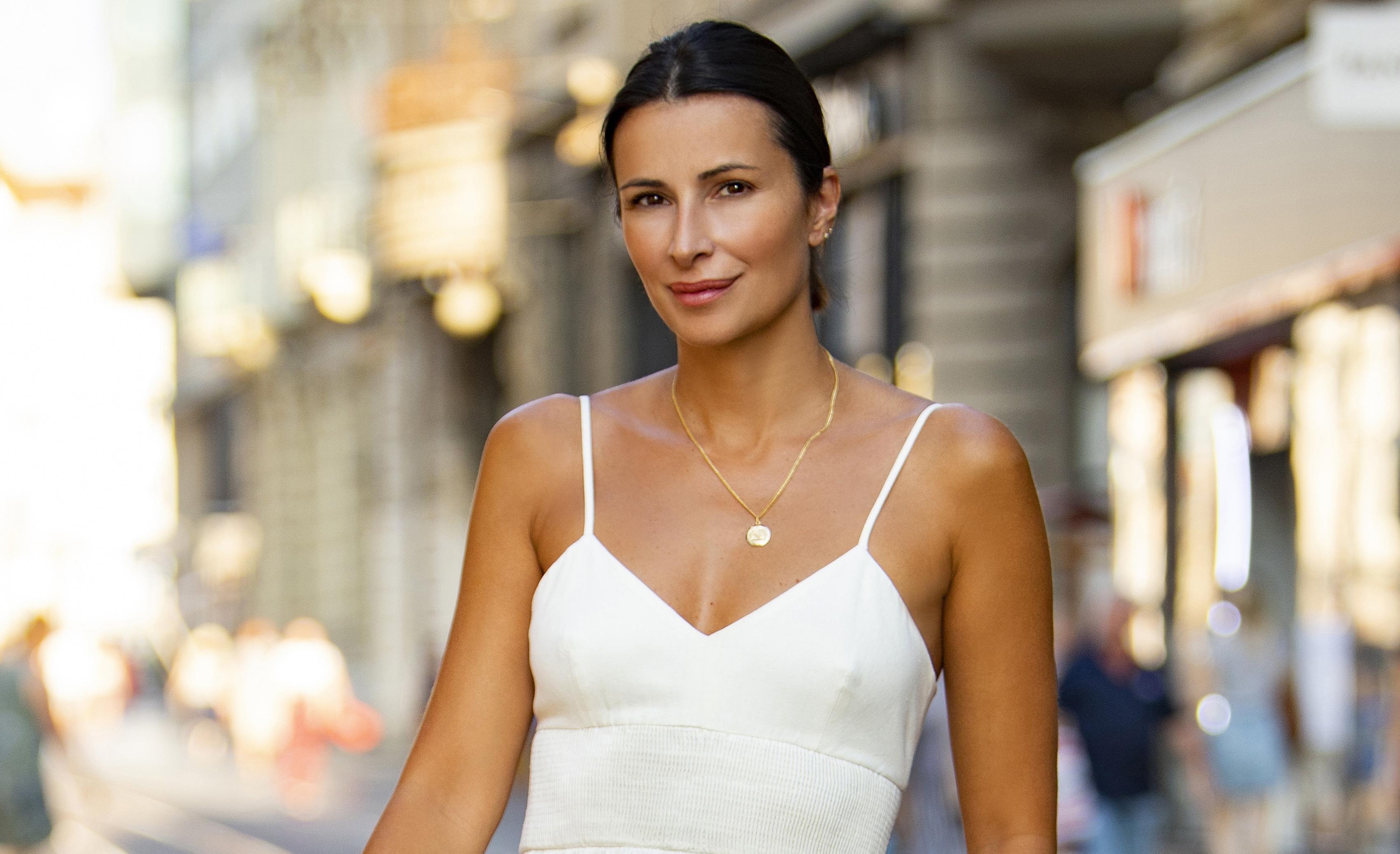 Iris Androšević Pinjuh bijela haljina pristaje kao salivena: Savršeno je istaknula njezinu preplanulu put