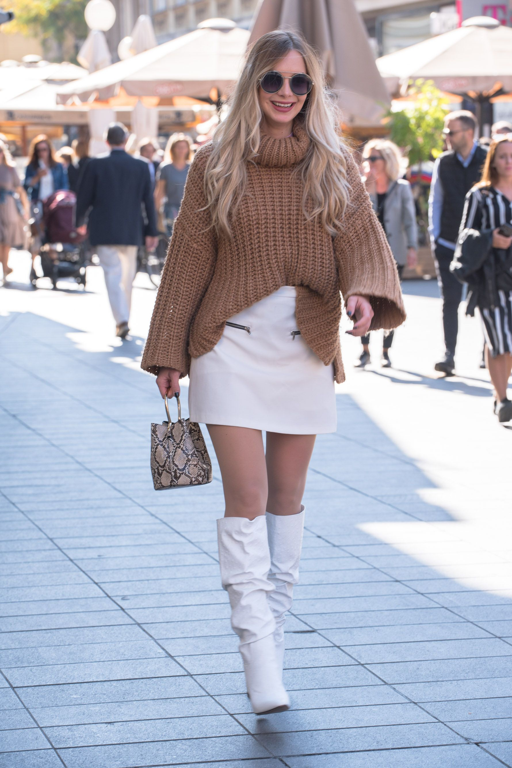 Nasmijana djevojka iz centra zna da su minica i visoke čizme omiljeni par sezone!