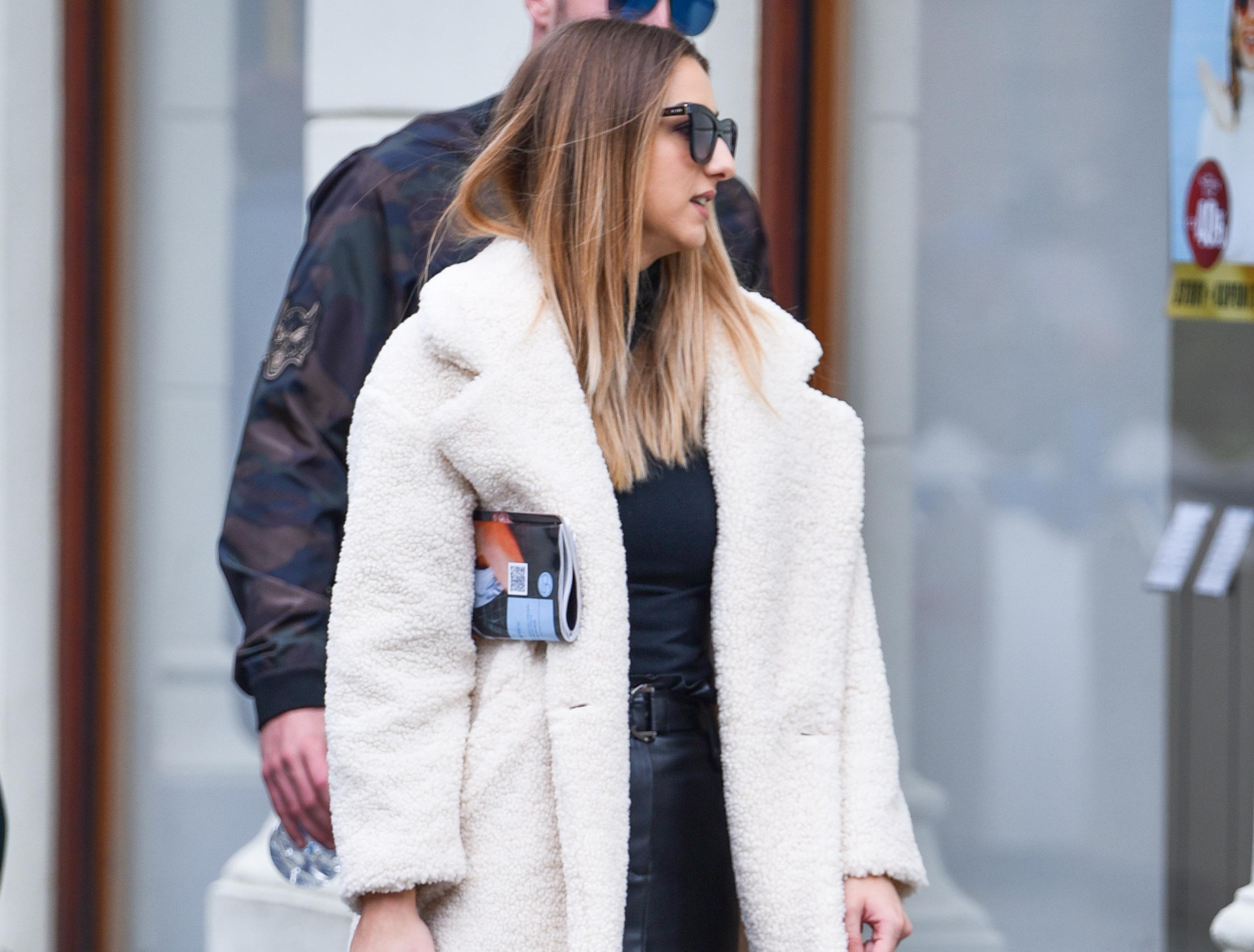 U kožnoj minici i bijelom 'teddy' kaputu zgodna djevojka bila je glavna zvijezda špice