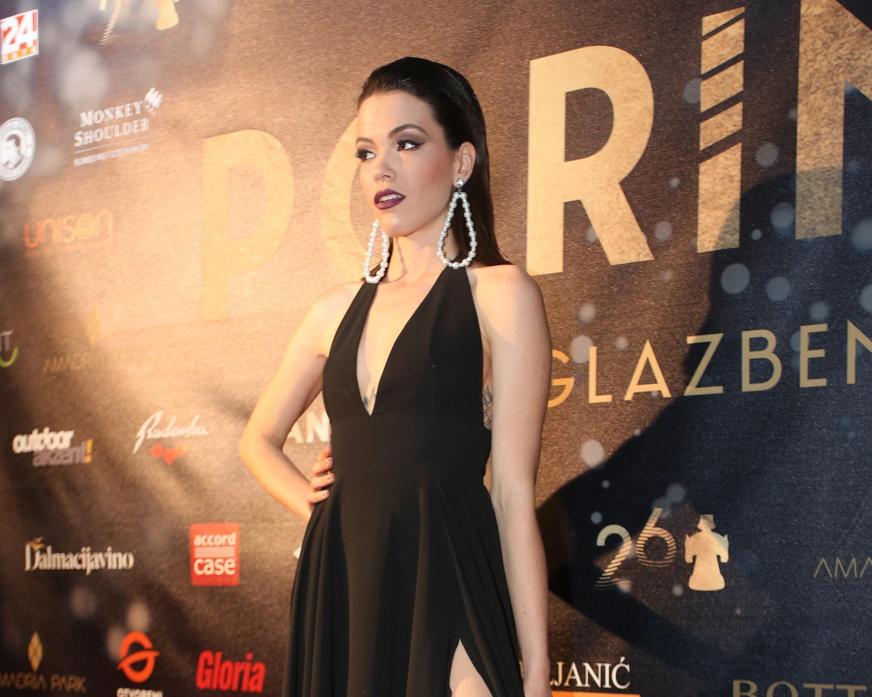 Gina Damjanović nosila je haljinu s visokim prorezom u stilu Angeline Jolie