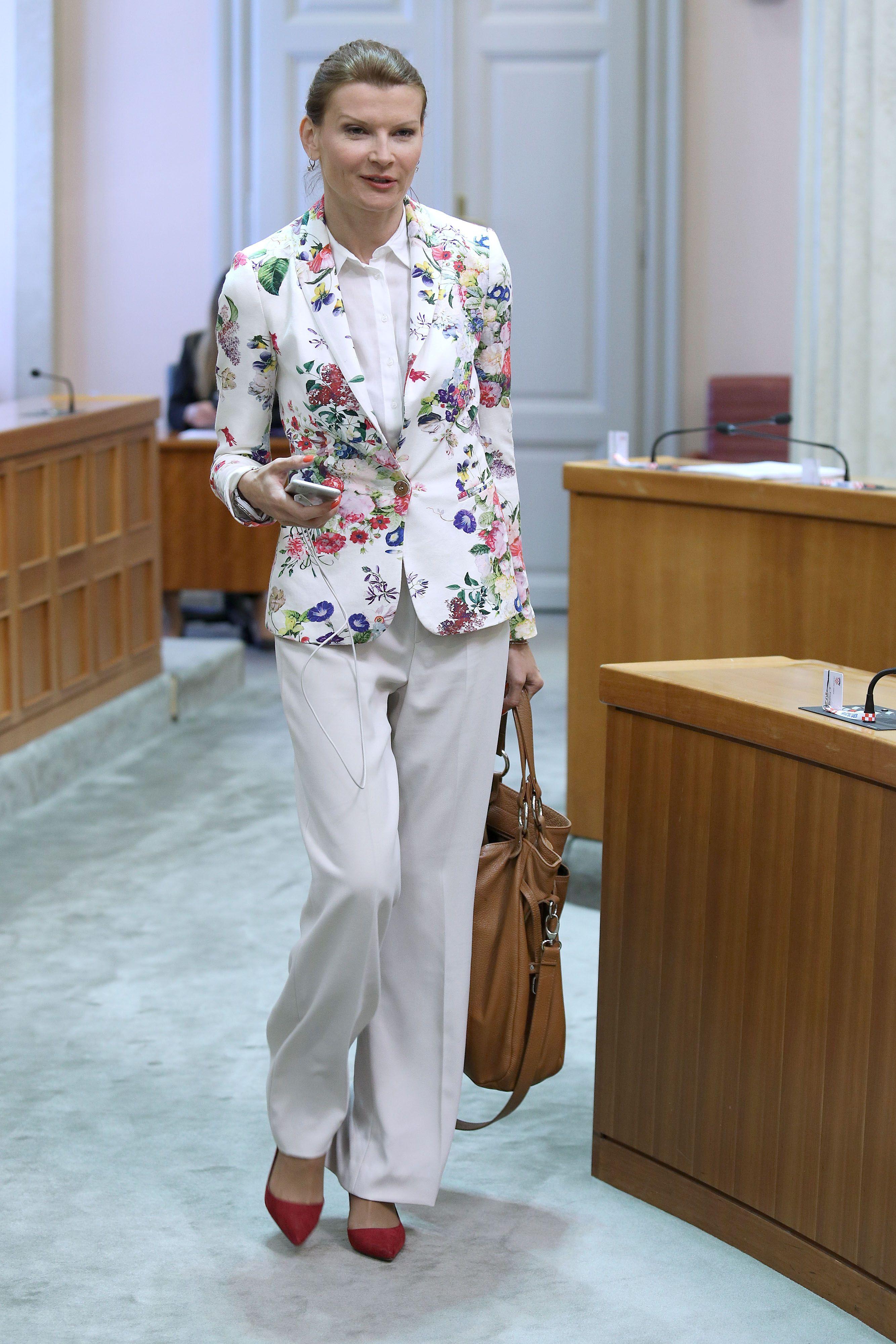 Osvježenje u Saboru: Sabina Glasovac pokazala proljetni styling vrijedan svake pohvale!