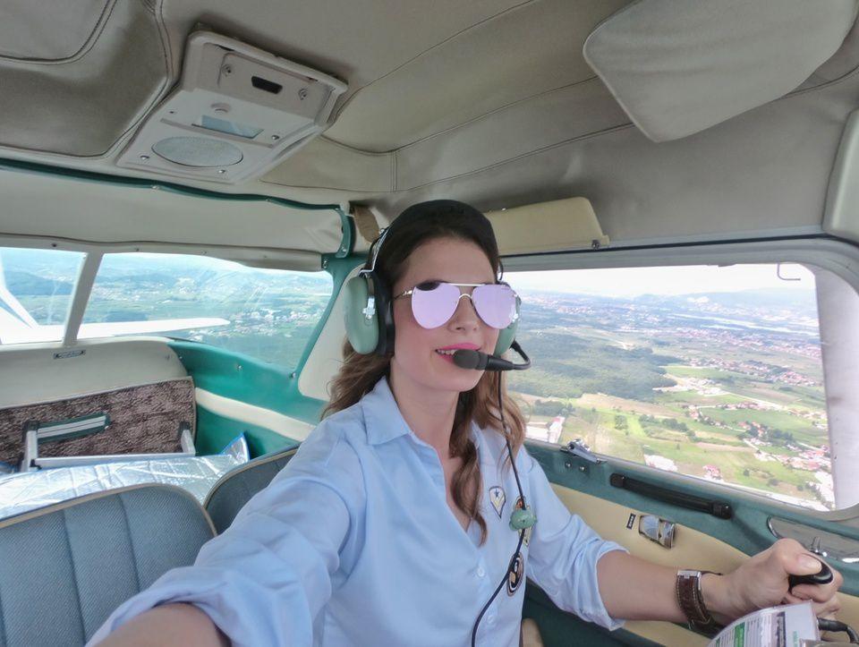 Maggie je baš cool! Vozi avion, skuplja legiće, a bavi se i sportskim ronjenjem