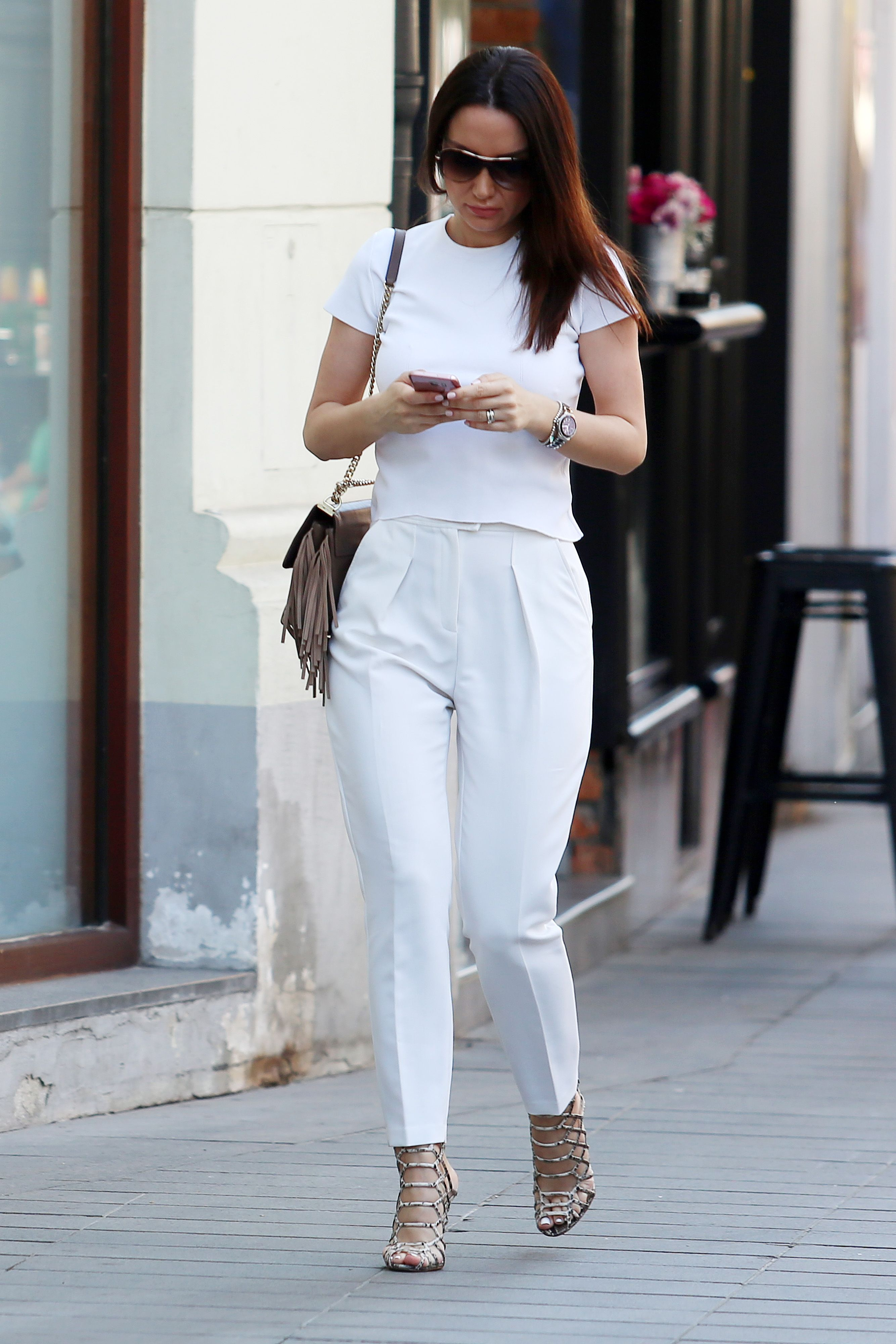 Zanosna brineta u business hlačama izgleda baš zavodljivo - istražili smo gdje kupiti slične!
