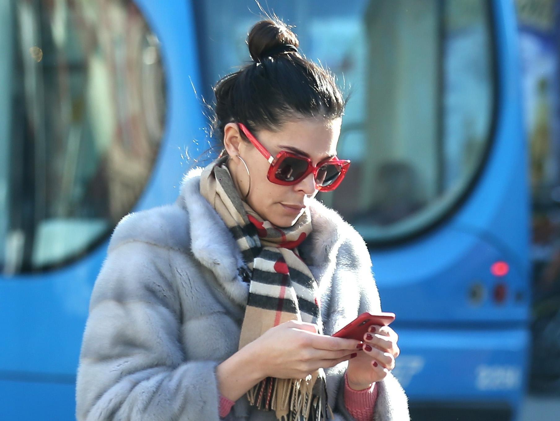 Odličan styling na zgodnoj crnki: U centru grada svi su gledali u njezine traperice