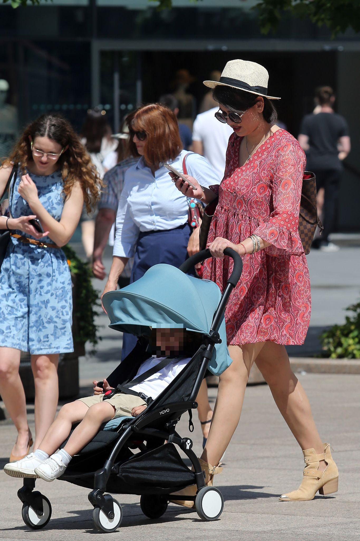 Zgodna mama sa špice u mini haljini i gležnjačama svima je održala lekciju iz stila!