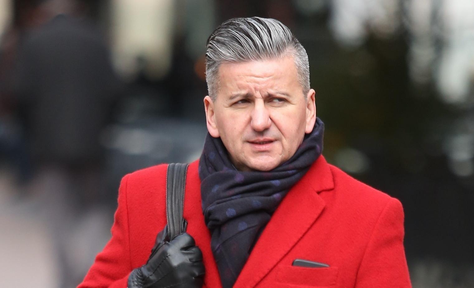 Mislili ste da muškarci ne mogu nositi crveni kaput? On je dokaz da može izgledati odlično!