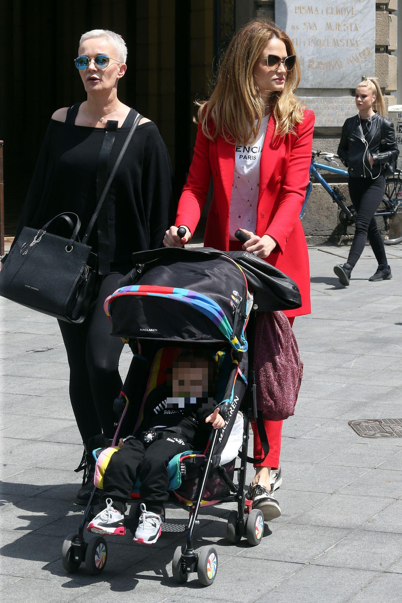 Maja Cvjetković prošetala Cvjetnim trgom u trendi odijelu i T-shirtu