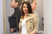 Atraktivna Iva Šarić u omraženim trapericama kakve smo nosili početkom 2000., no stoje joj izvrsno!