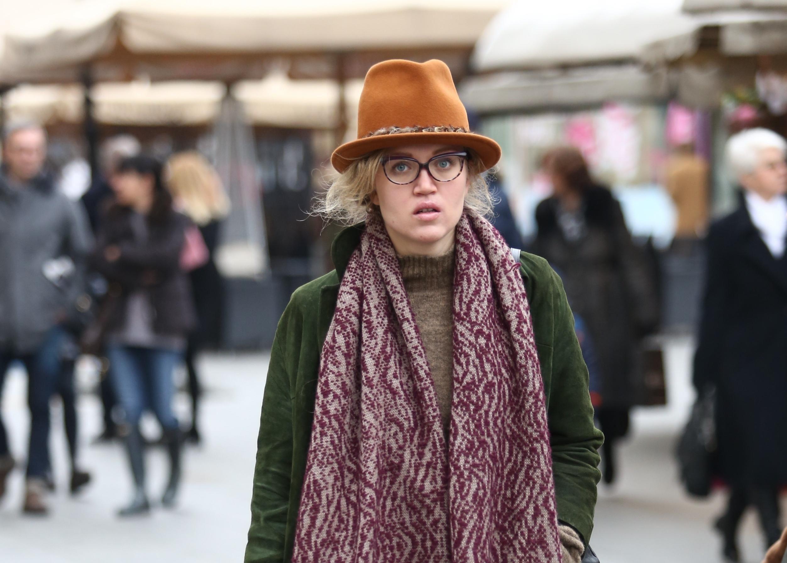 Veliki šal s uzorkom i divan šešir formula su za kombinaciju iz snova