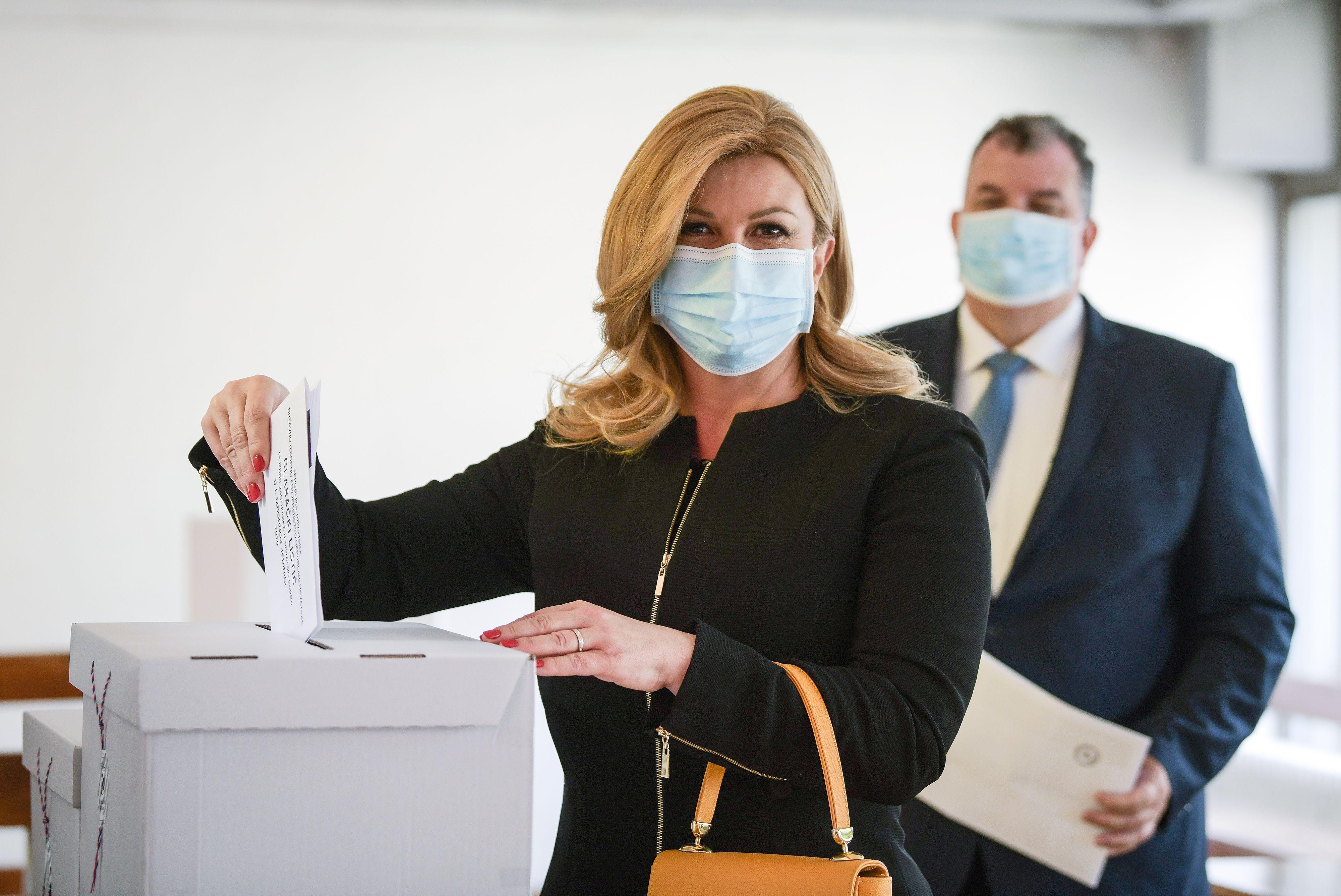 Izdanje u kojem je ne viđamo često: Za glasanje, Kolinda Grabar Kitarović odabrala trendi torbu i upečatljivu suknju
