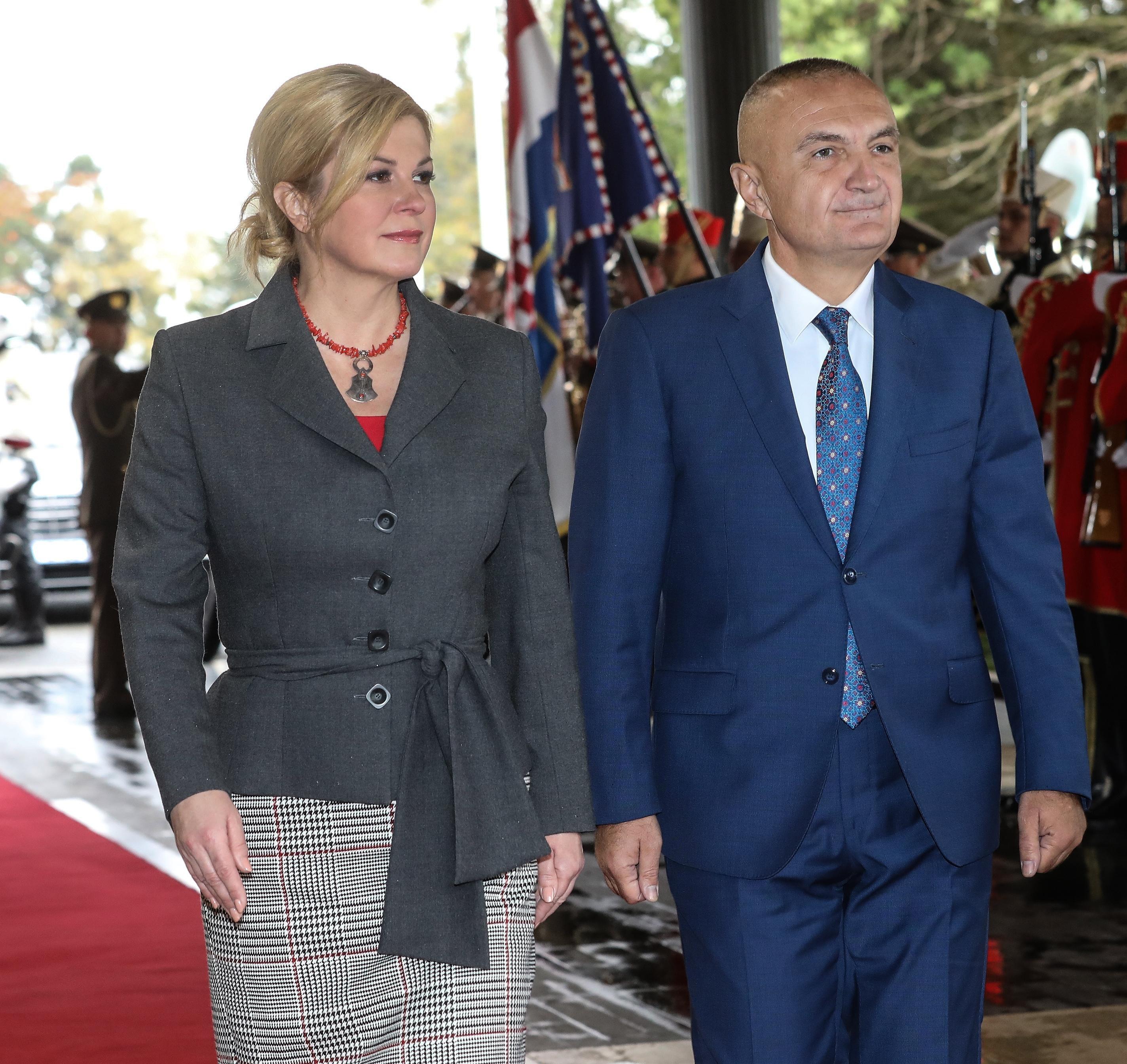 Predsjednica je ovaj put izabrala vrlo trendi komade - usku suknju, crvene cipele i nakit!