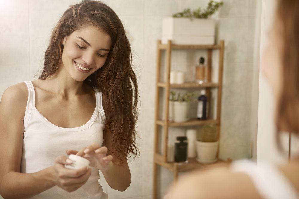 Pet stvari koje dermatolozi uvijek rade prije spavanja za ljepšu kožu, a preporučuju ih svima