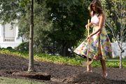 S motikom u ruci i vrtoglavo visokim potpeticama na nogama Melania Trump sadila drveće