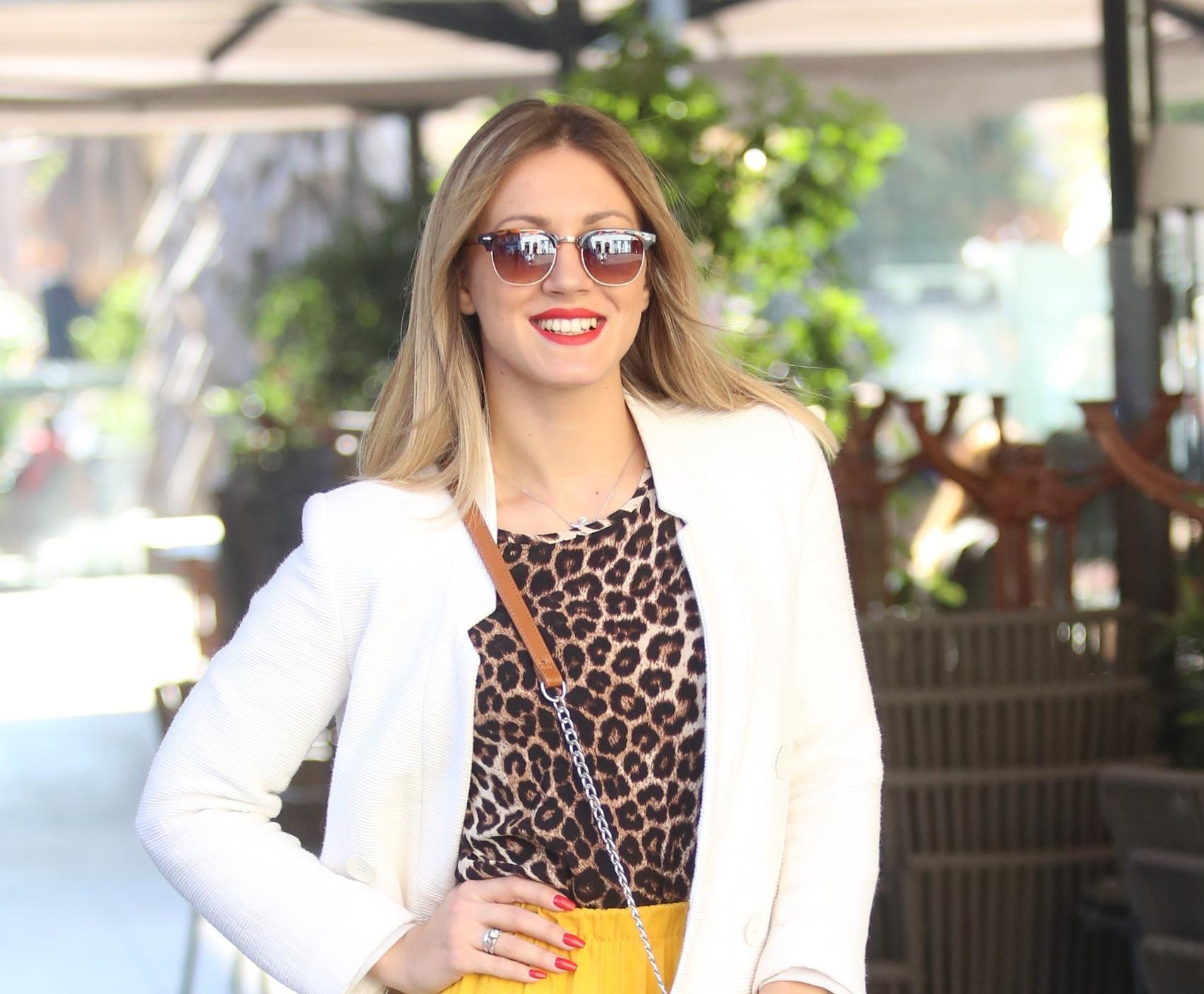 Lijepa fashionistica ima formulu za razvedriti dan! Rješenje je, naravno, damska žuta suknja!