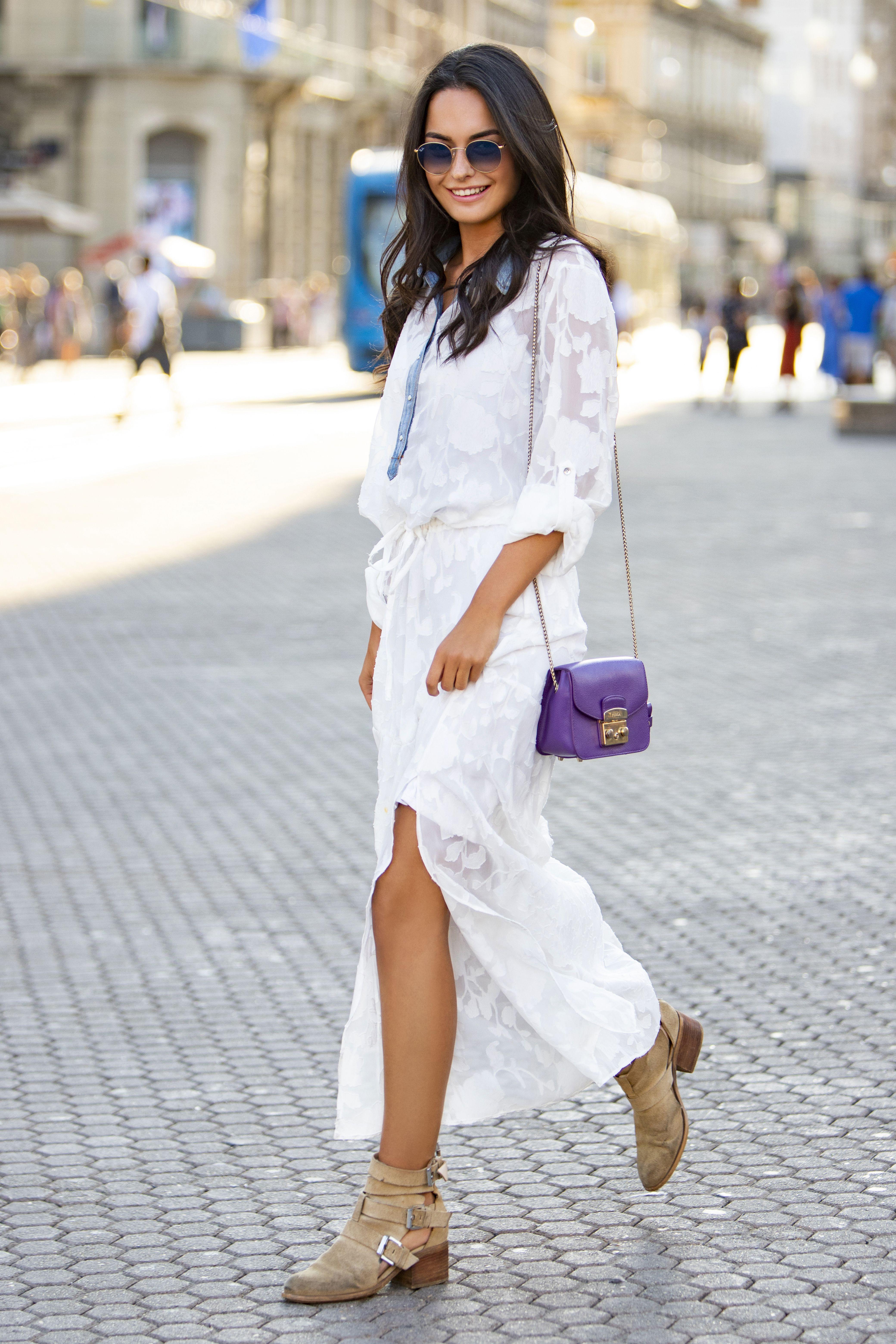 Odlična kombinacija za posao: Romantična suknja i čizmice su joj za čistu peticu!