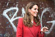 Je li Kate Middleton najavila veliki jesenski trend? Pojavila se u efektnom crvenom kaputu u kojem nije mogla proći nezamijećeno